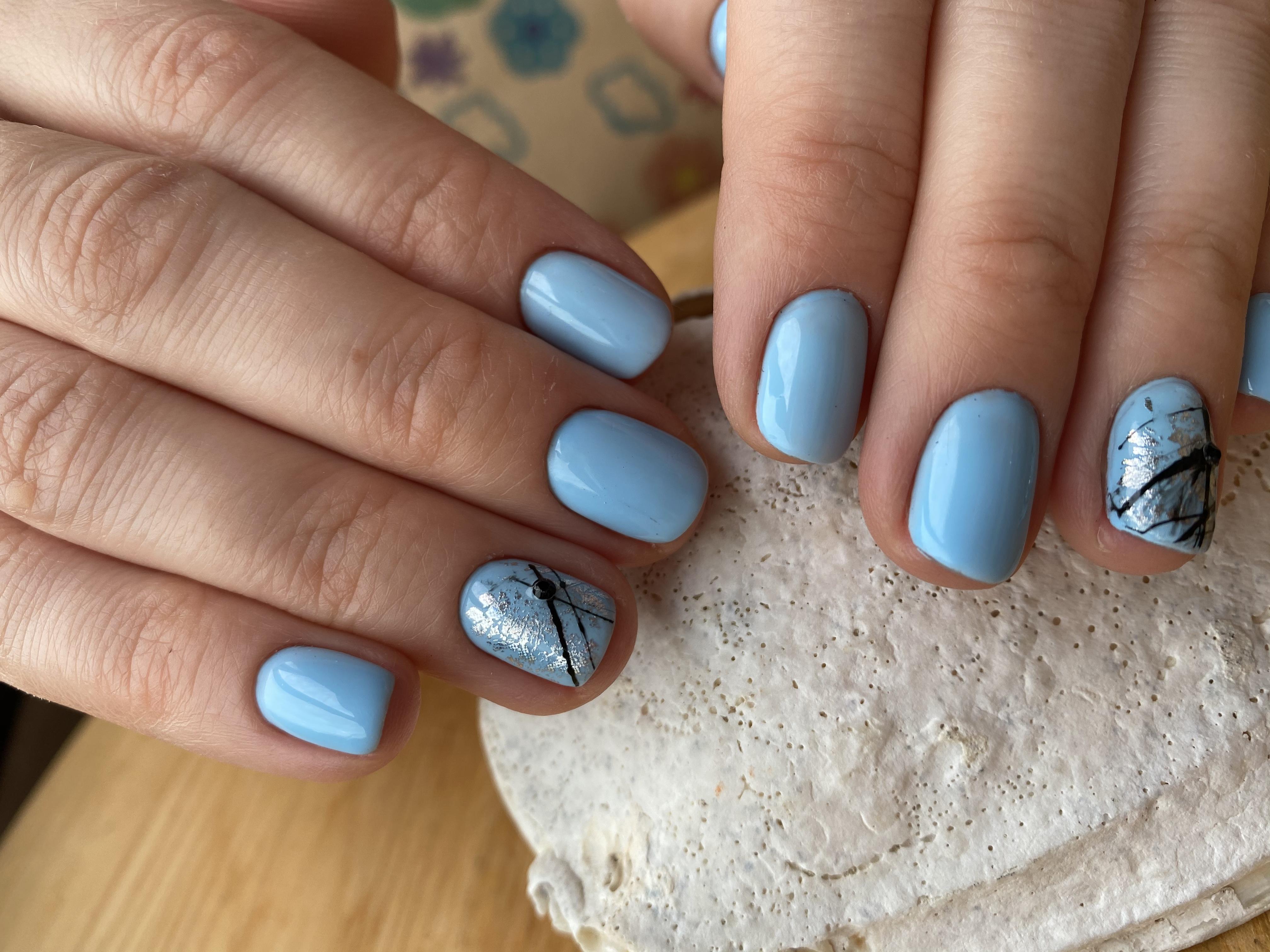 Маникюр с серебряной фольгой в голубом цвете на короткие ногти.