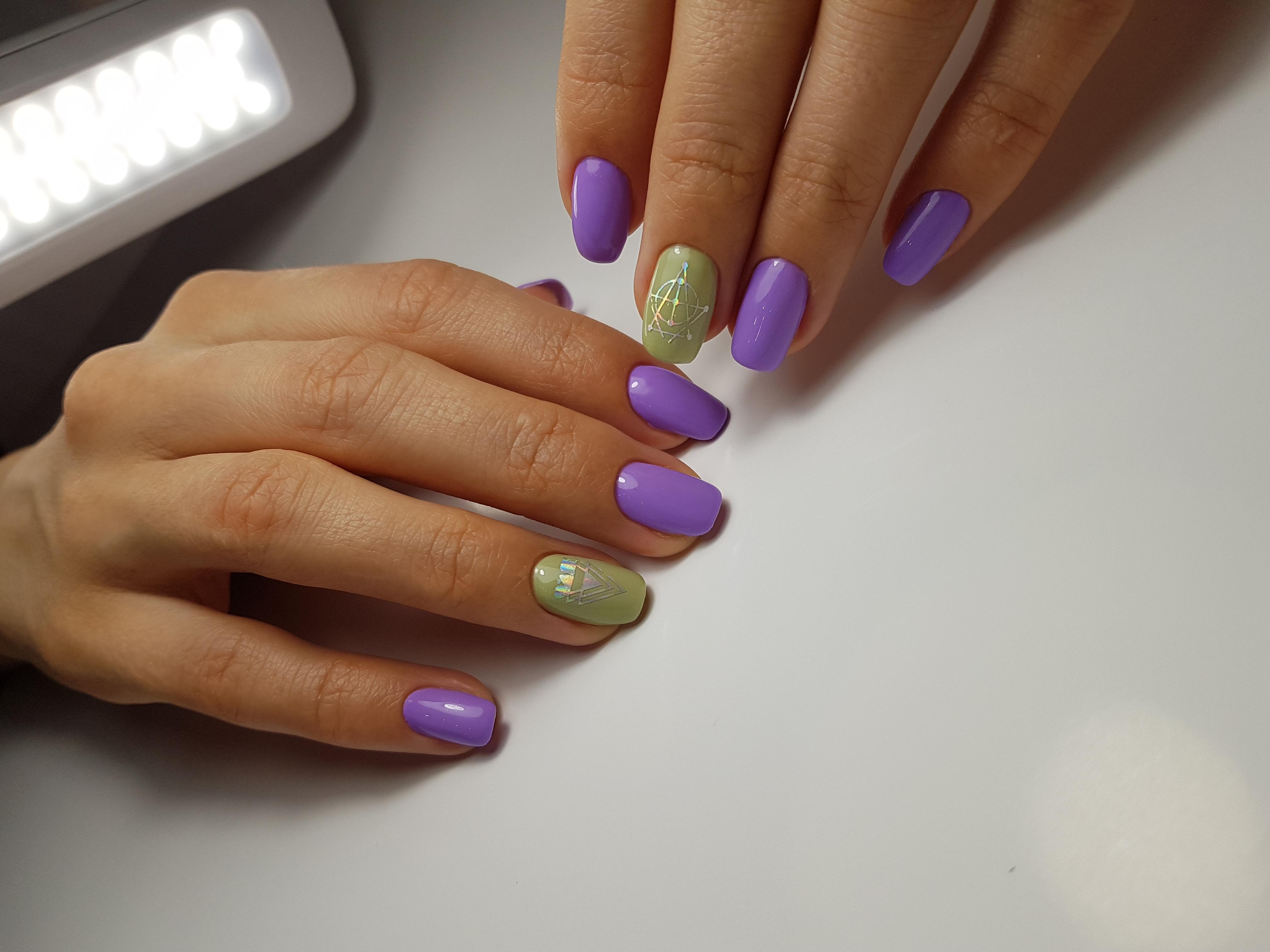 Маникюр с геометрическими слайдерами в фиолетовом цвете.