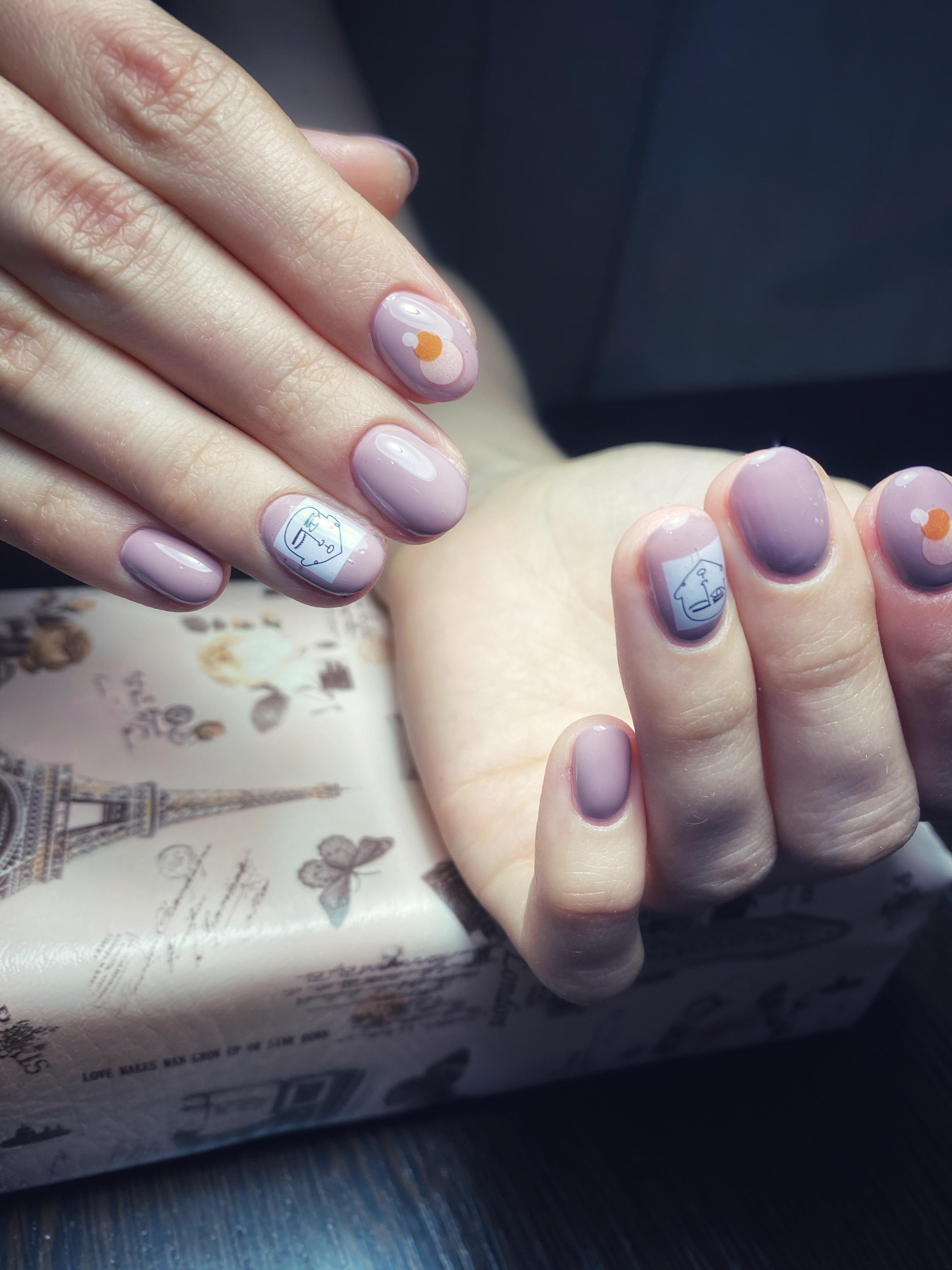 Маникюр со слайдерами в сиреневом цвете на короткие ногти.