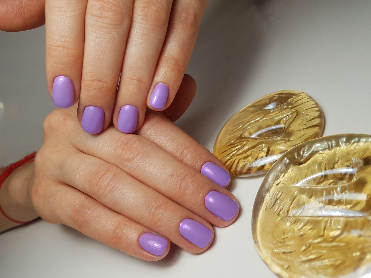 Маникюр в сиреневом цвете на короткие ногти.