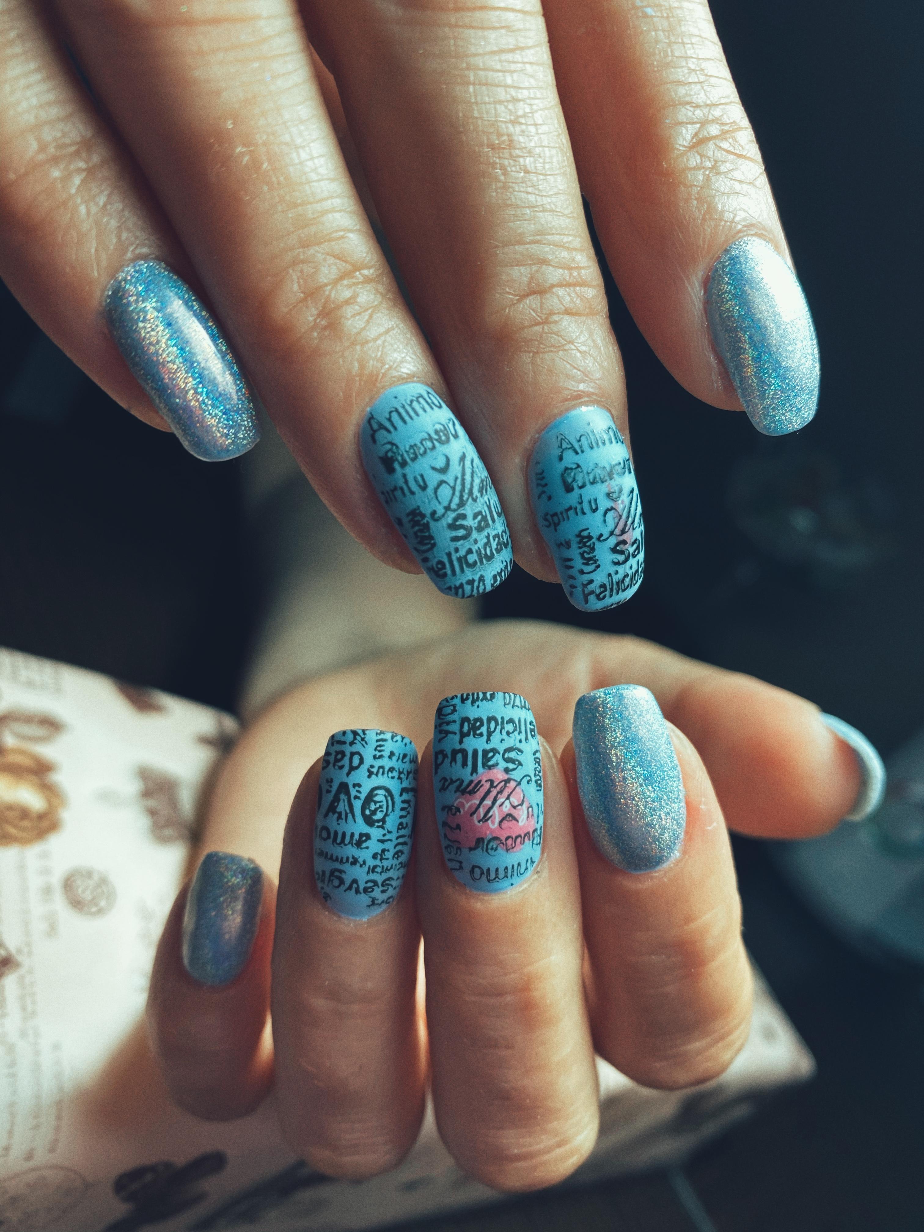 Маникюр с надписями и втиркой в голубом цвете на длинные ногти.