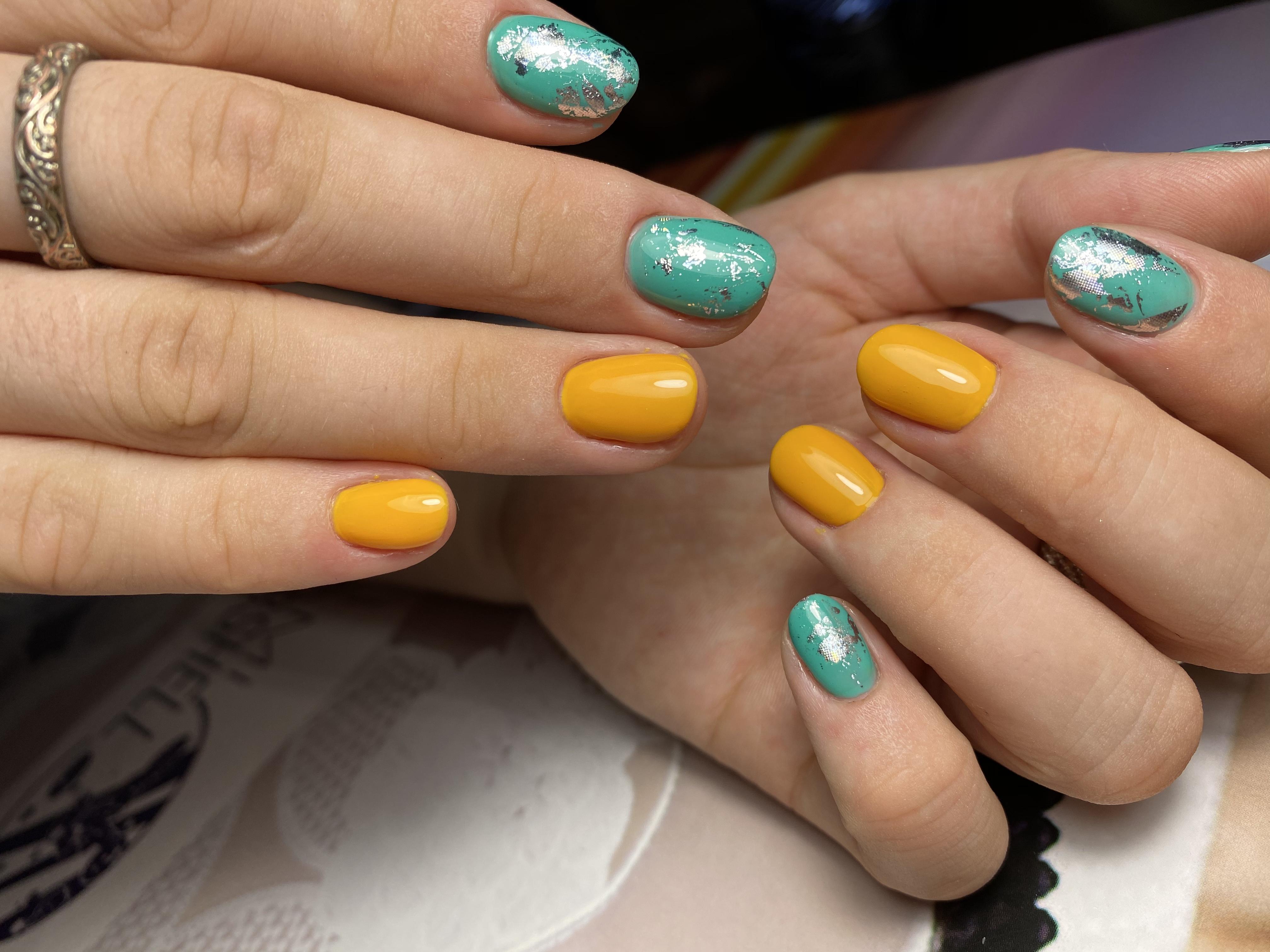 Разноцветный маникюр с серебряной фольгой на короткие ногти.
