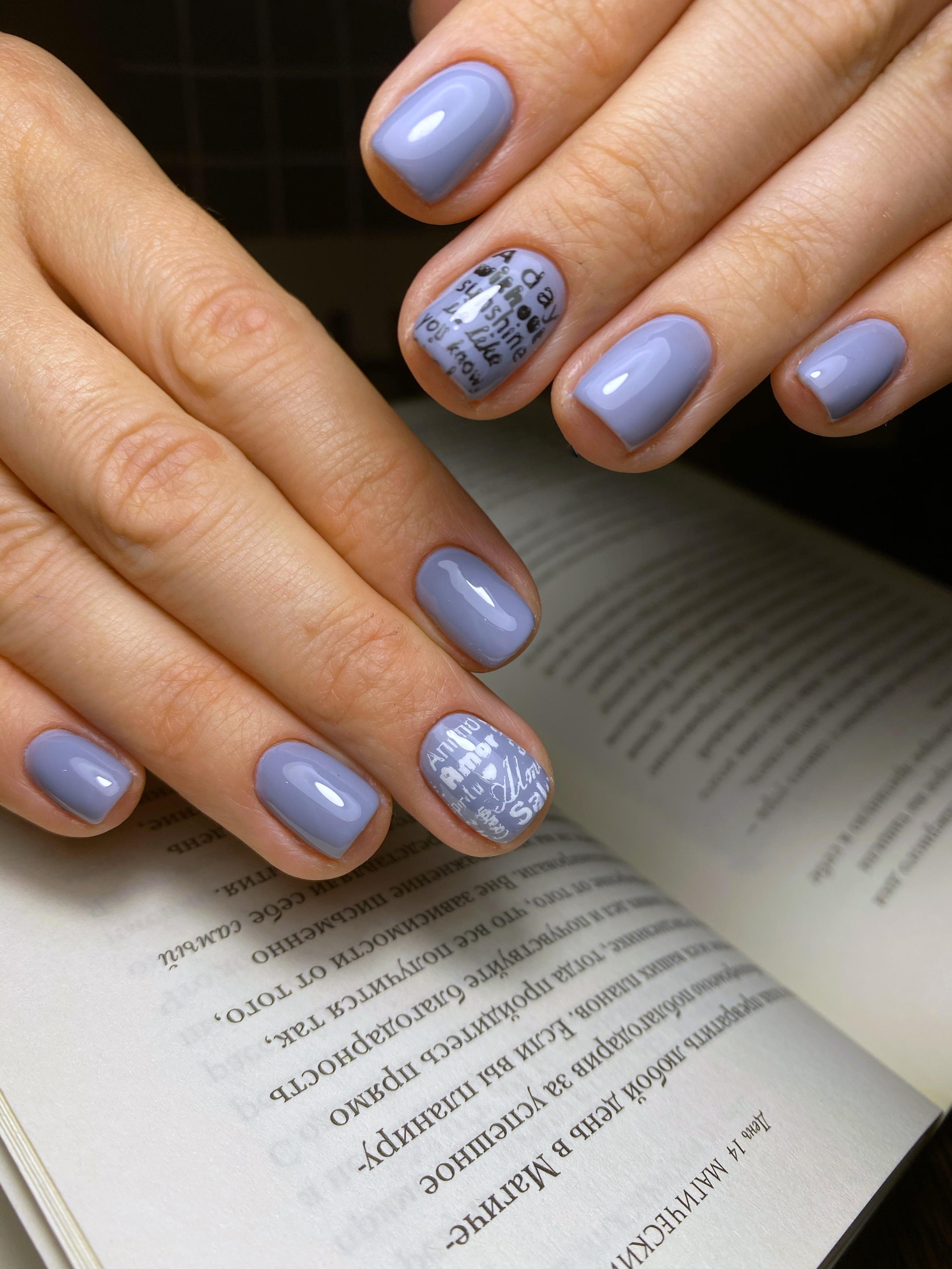 Маникюр с надписями в сиреневом цвете на короткие ногти.