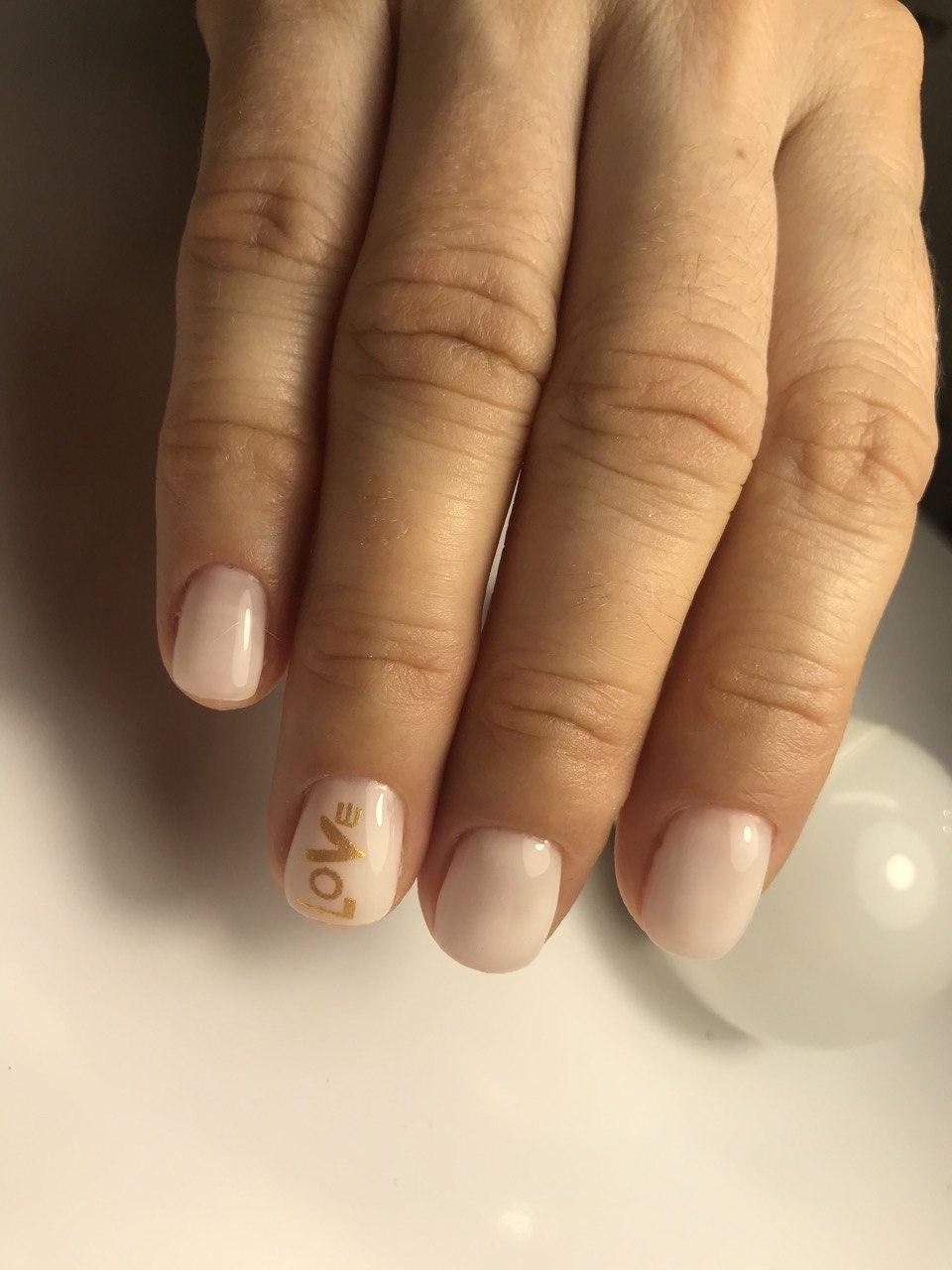 Нюдовый маникюр с надписями на короткие ногти.