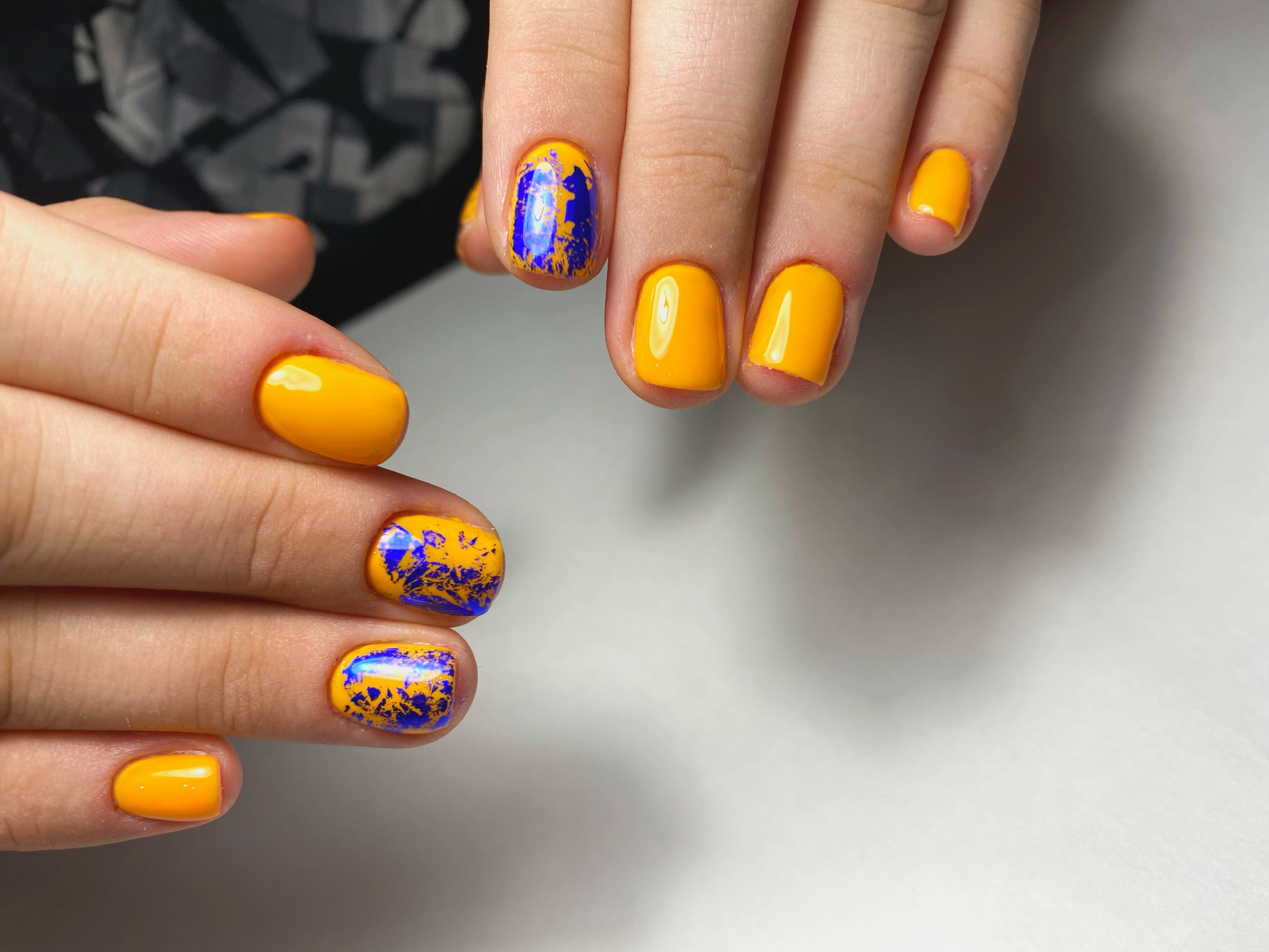 Маникюр с цветной фольгой в оранжевом цвете на короткие ногти.