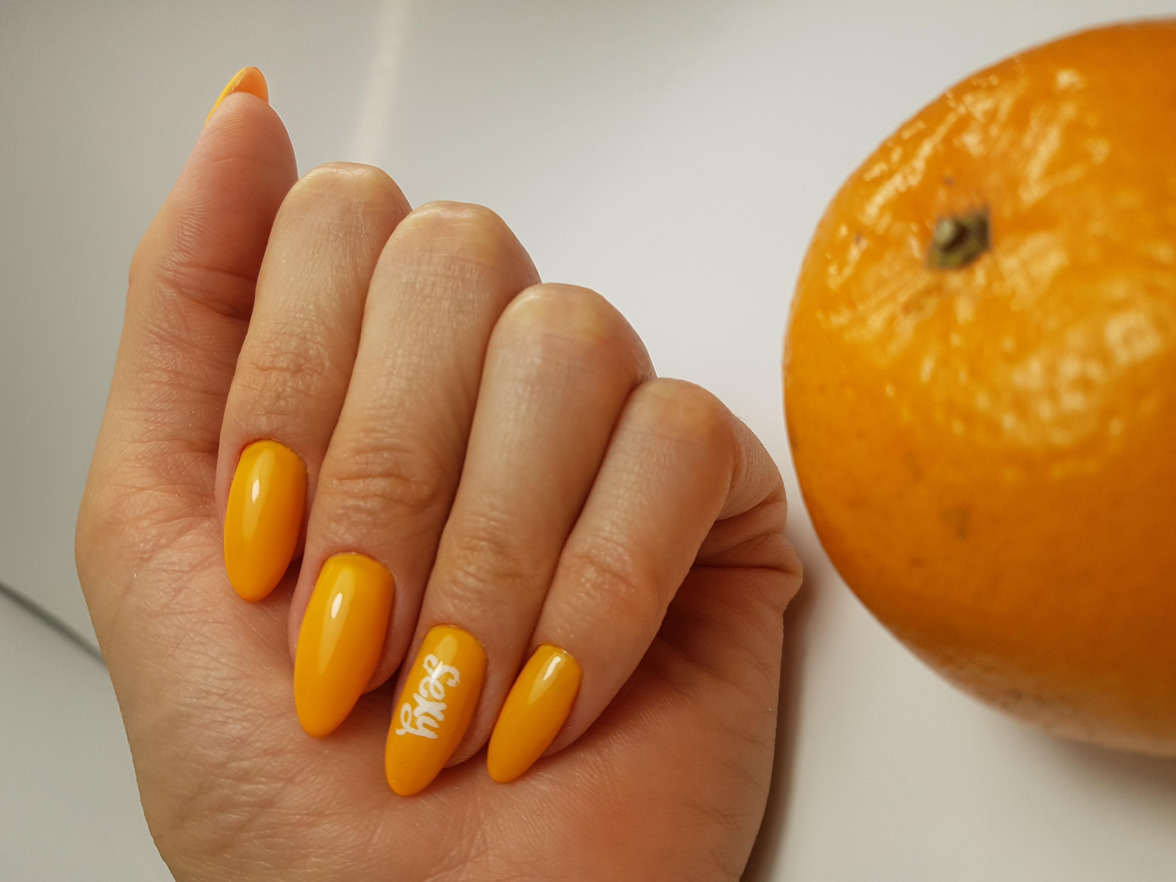 Маникюр с надписями в оранжевом цвете.