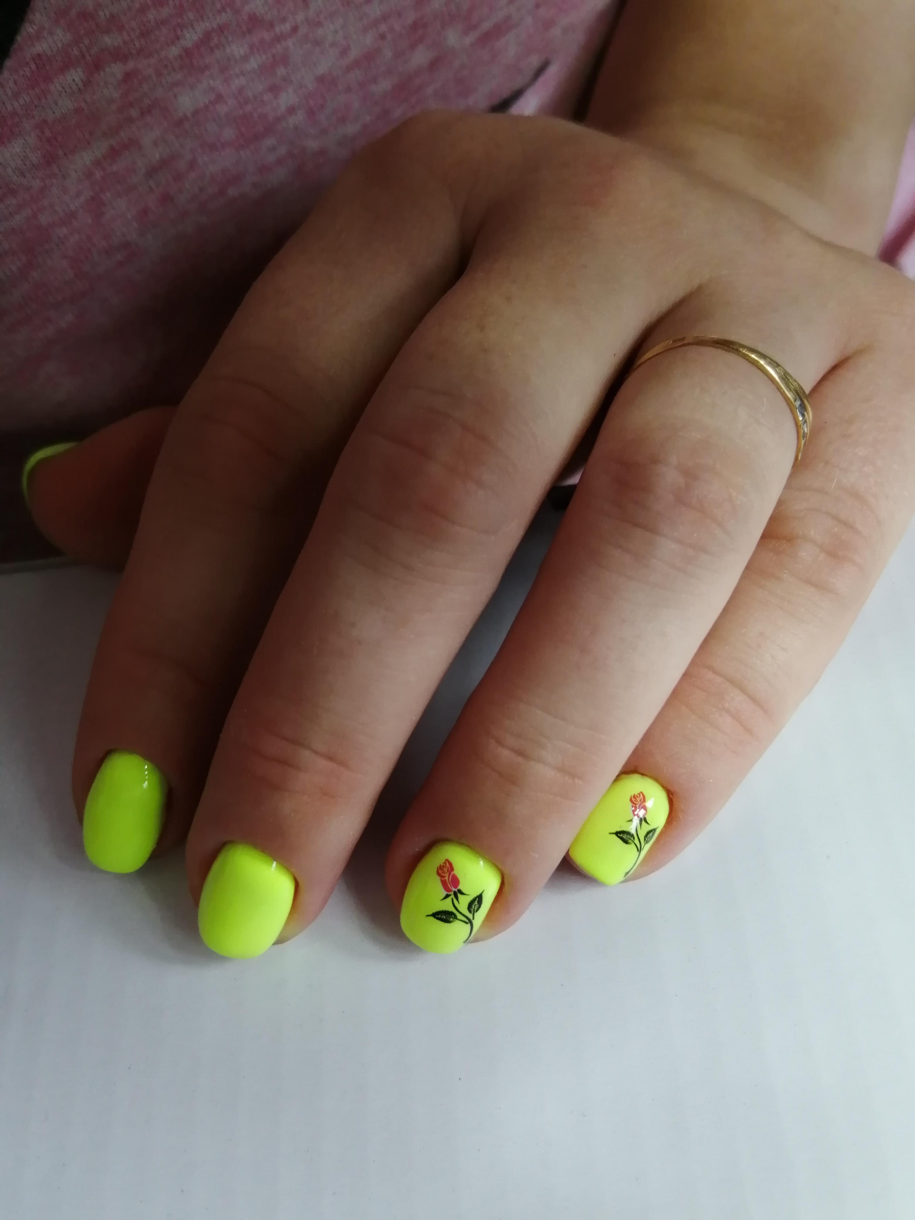 Маникюр с цветочными слайдерами в желтом цвете на короткие ногти.