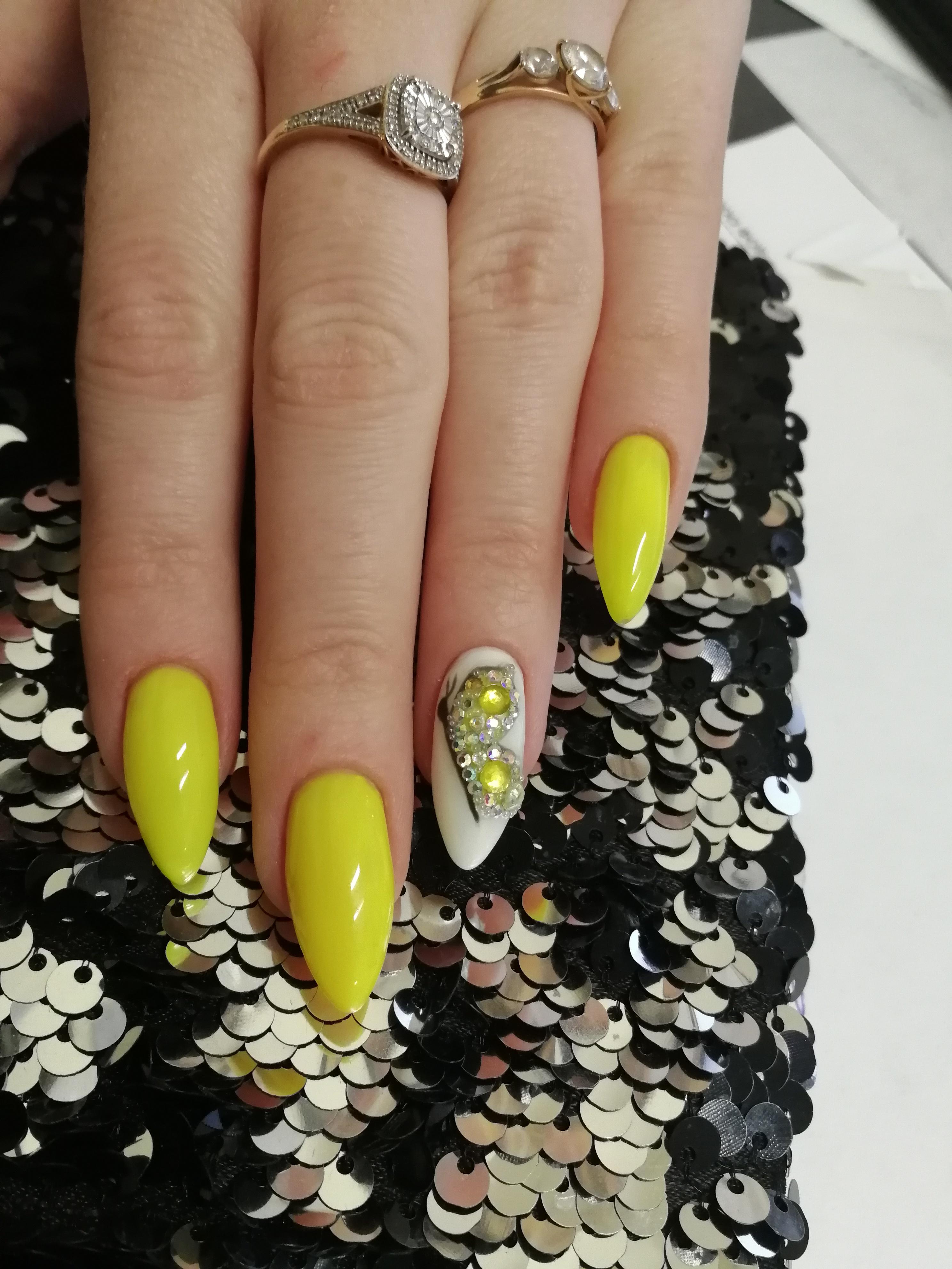 Маникюр с бабочкой и стразами в желтом цвете.