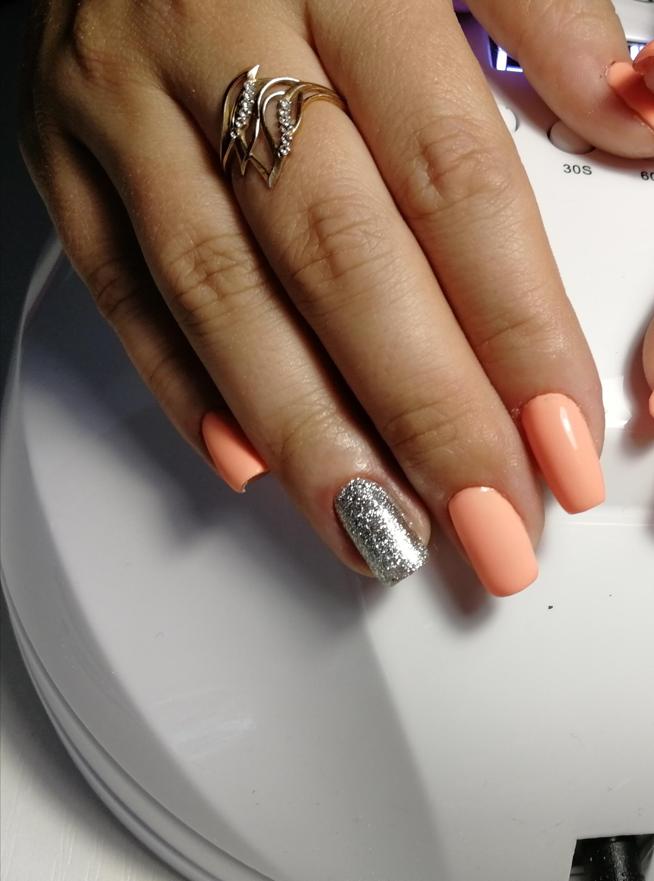 Маникюр с серебряными блестками в персиковом цвете.