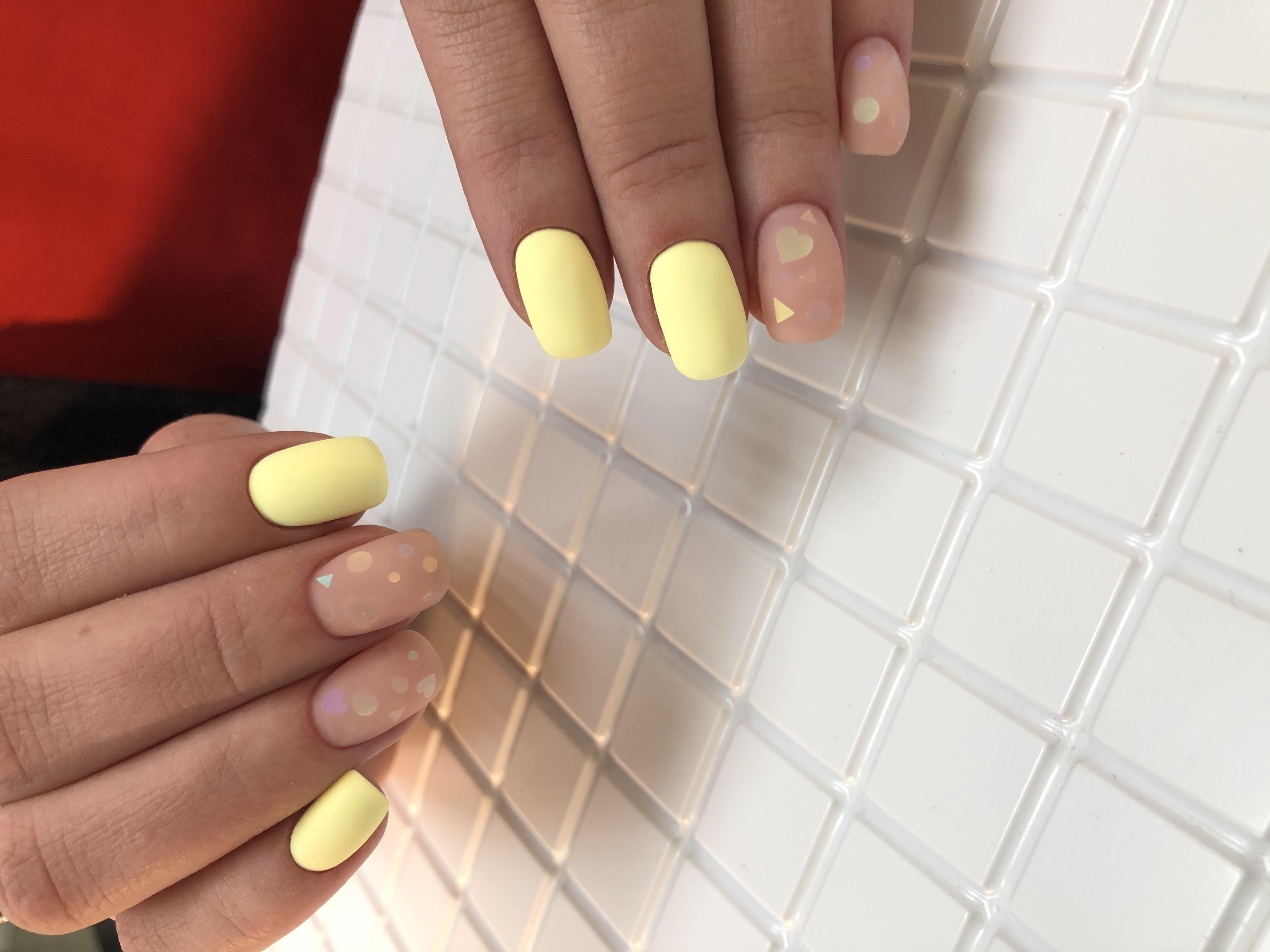 Матовый маникюр с камифубуки в желтом цвете.