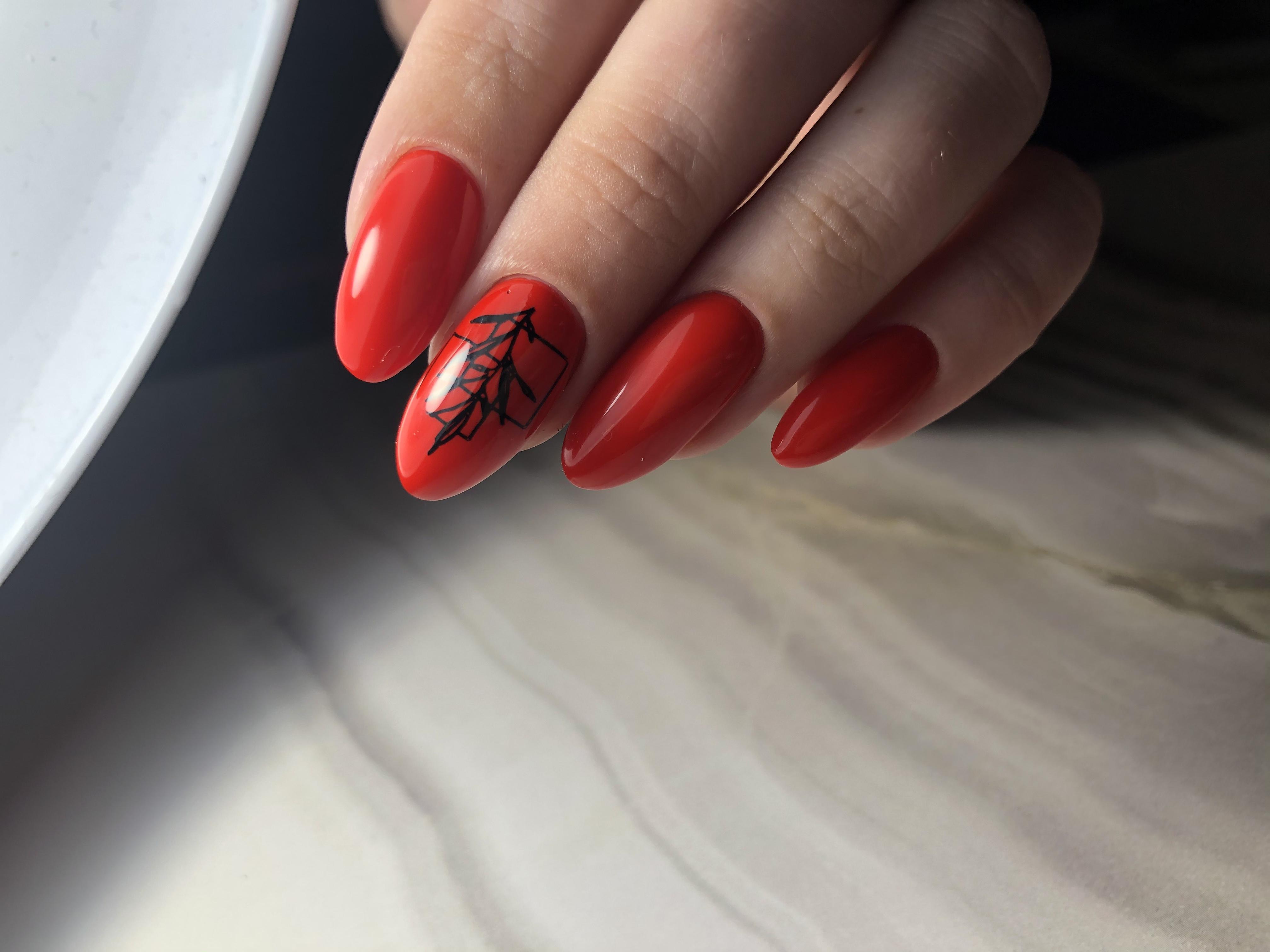 Маникюр с растительным слайдером в красном цвете.