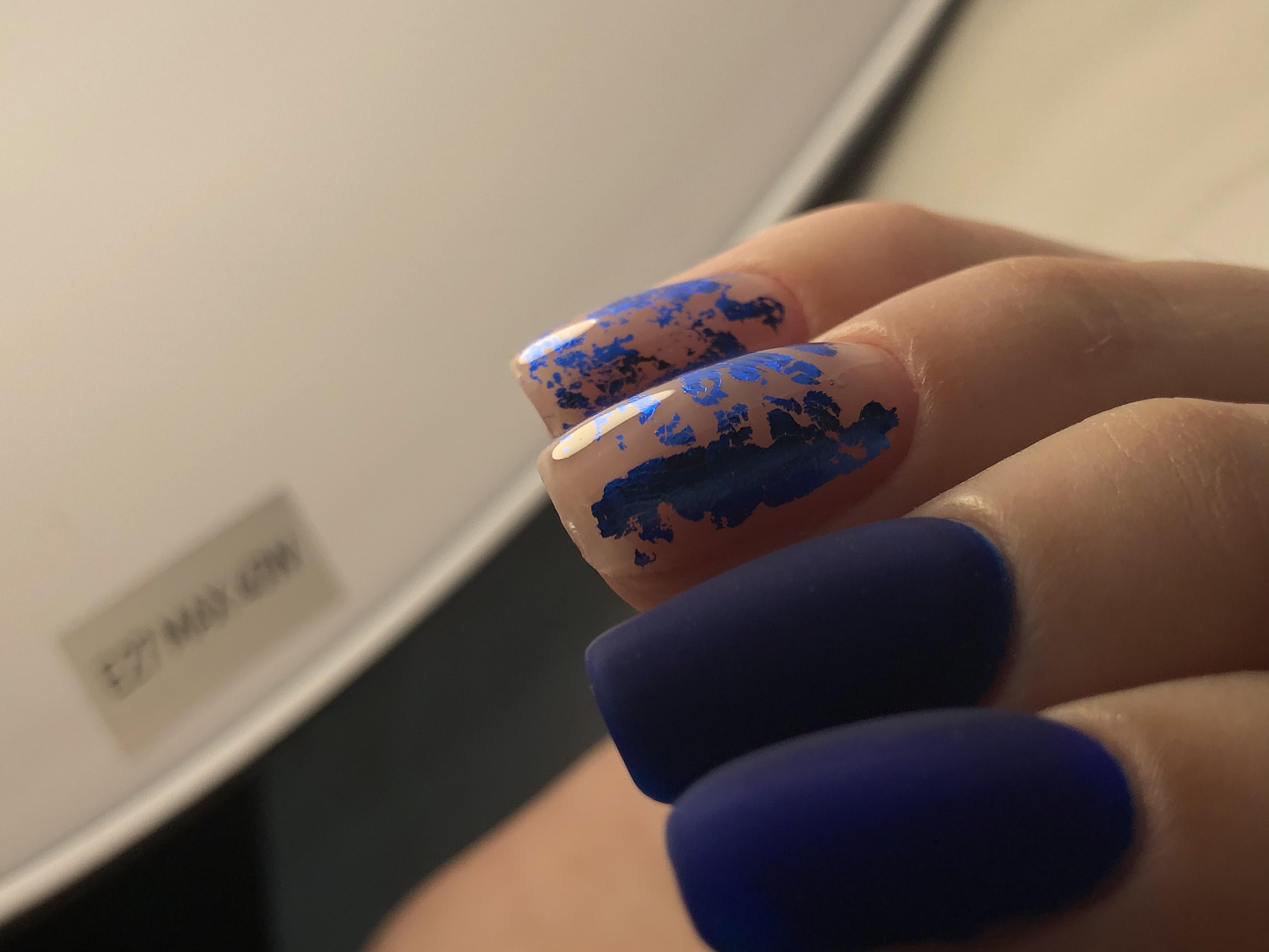 Матовый маникюр с цветной фольгой в темно-синем цвете.