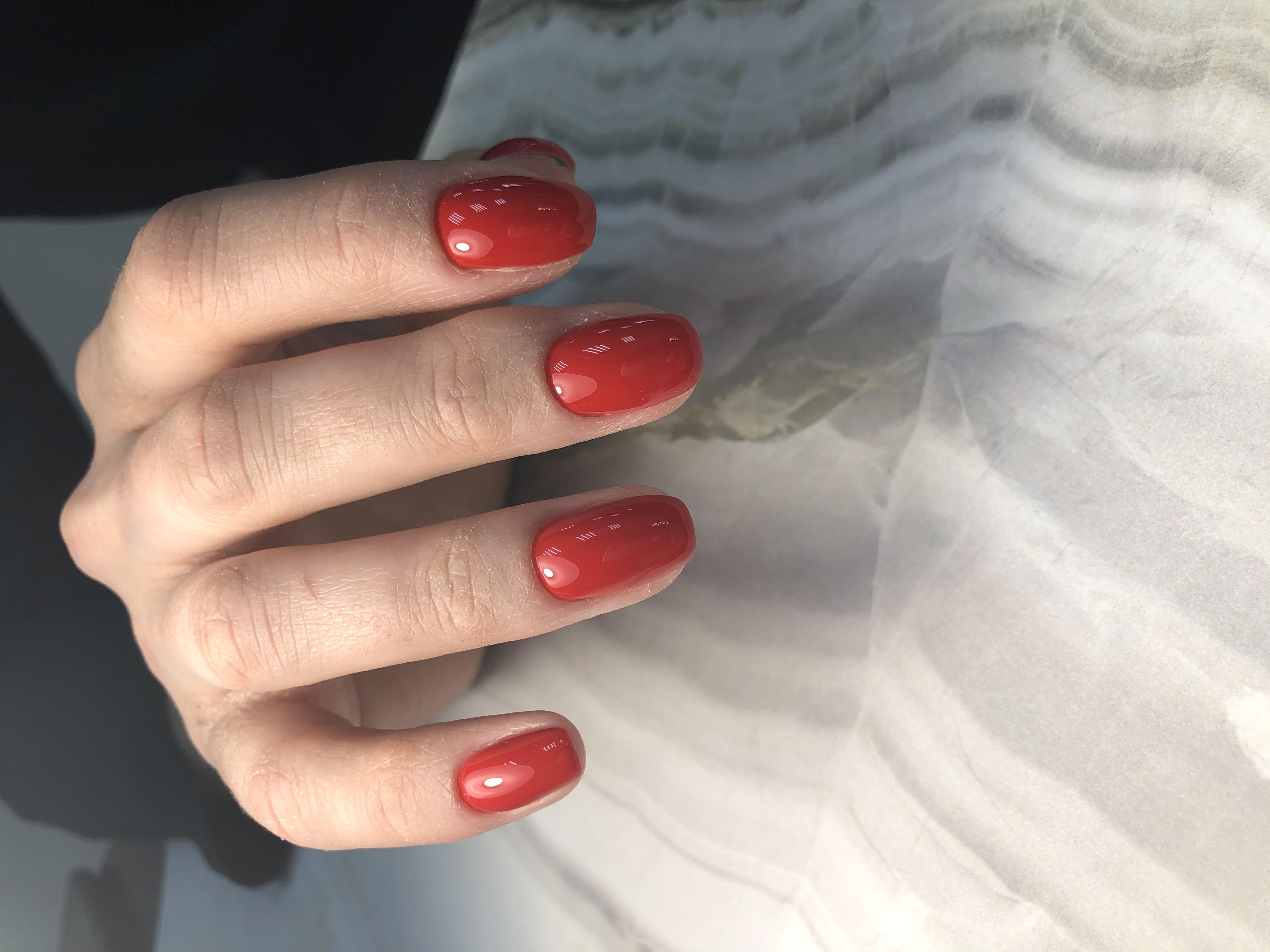 Маникюр в красном цвете.