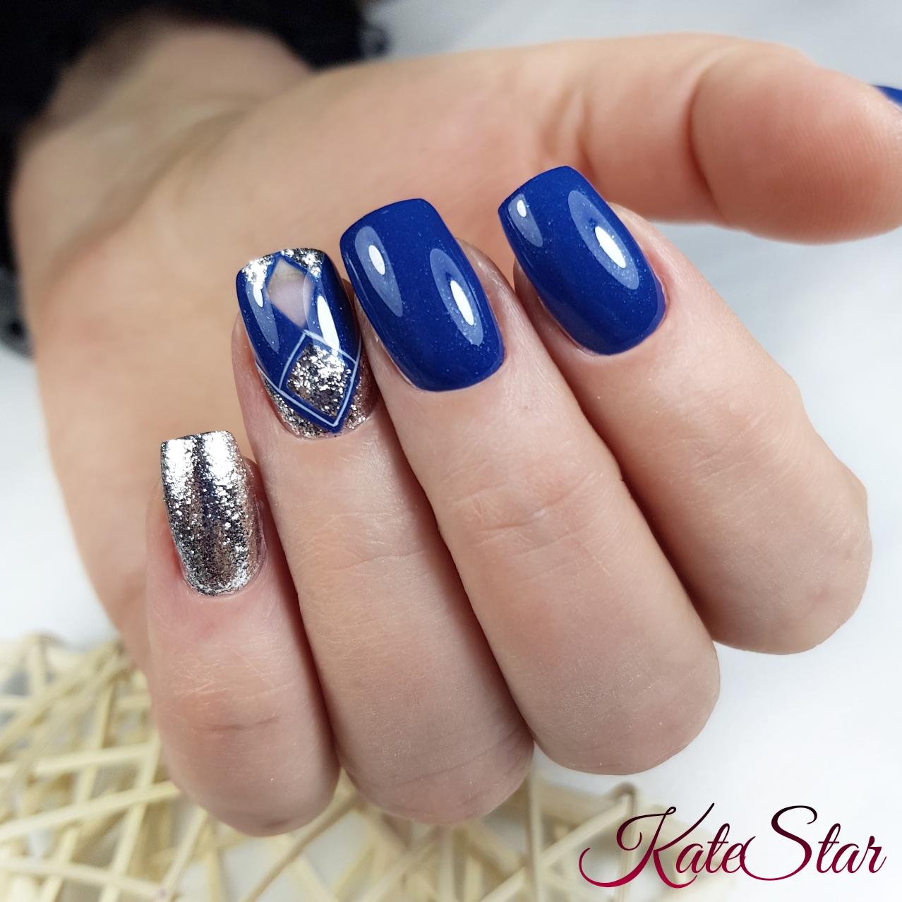 Геометрический маникюр в синем цвете с серебряными блёстками.