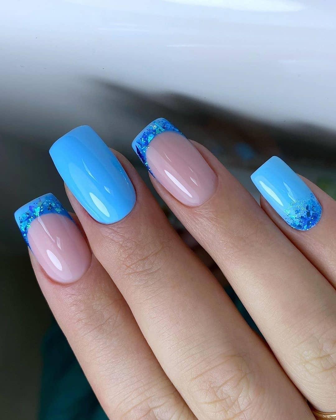 Выкладной френч в голубом цвете на длинные ногти.