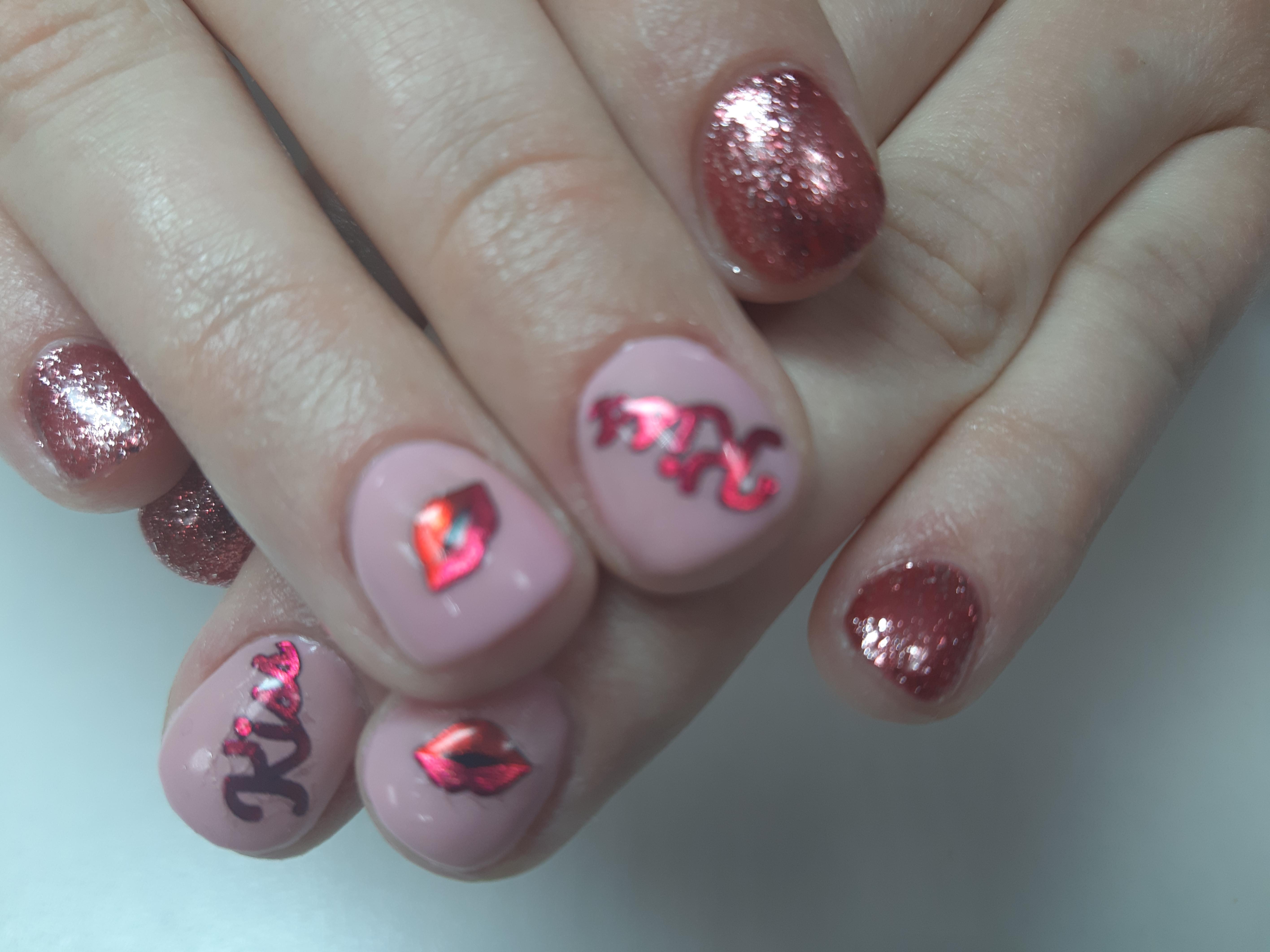 Маникюр со слайдерами и блестками в лиловом цвете.