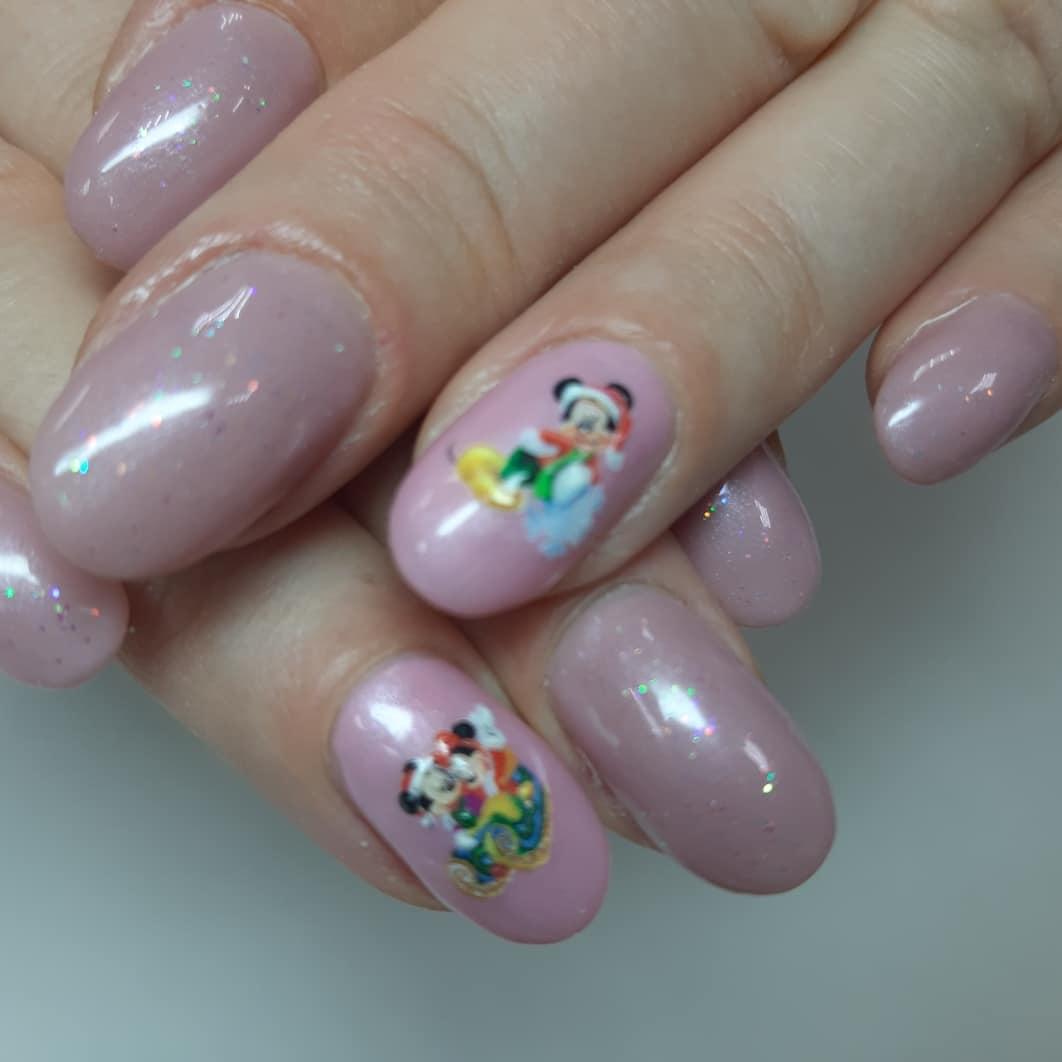 Маникюр с Микки Маусом в розовом цвете.