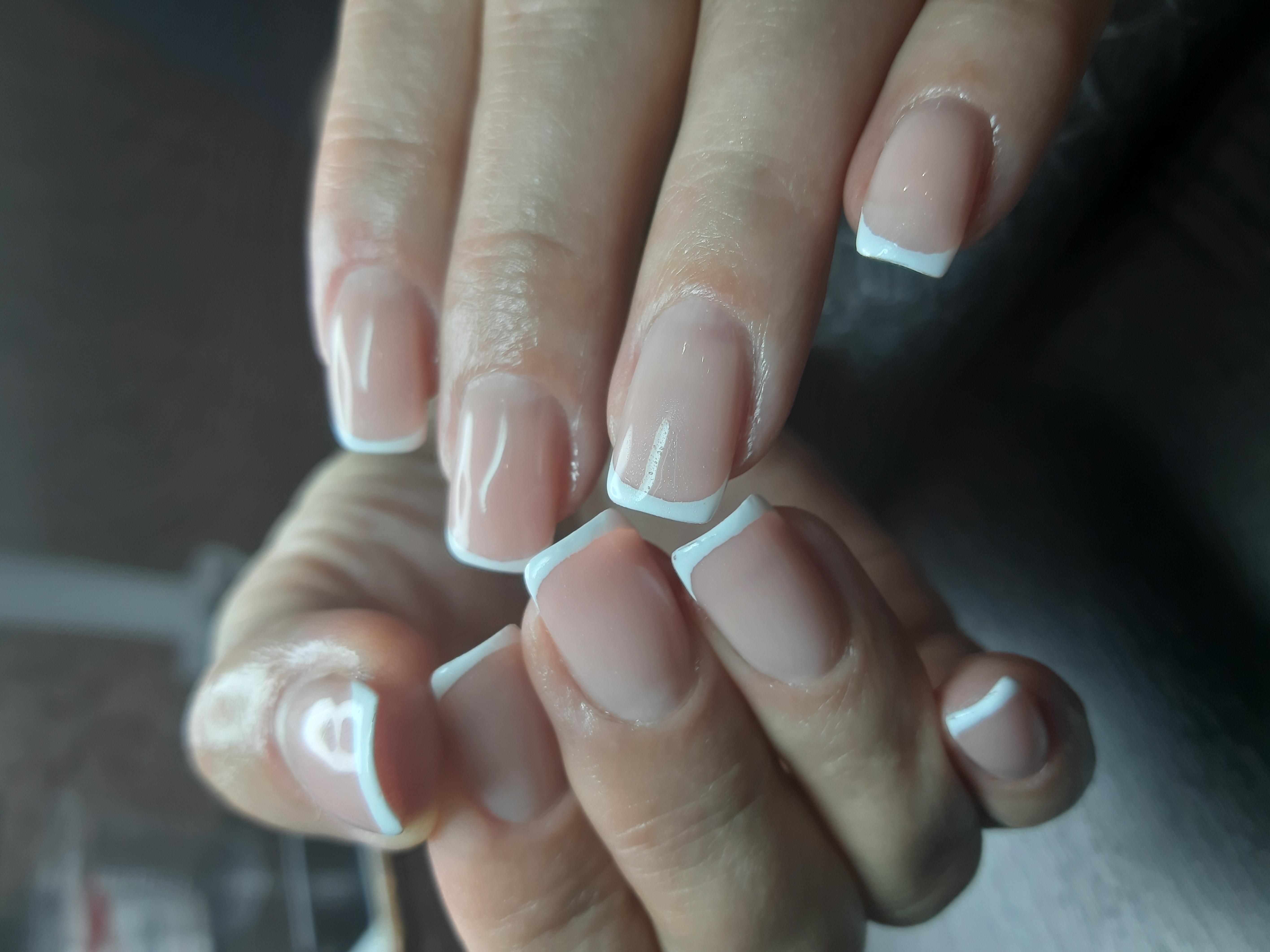 Французский маникюр классический на короткие ногти.