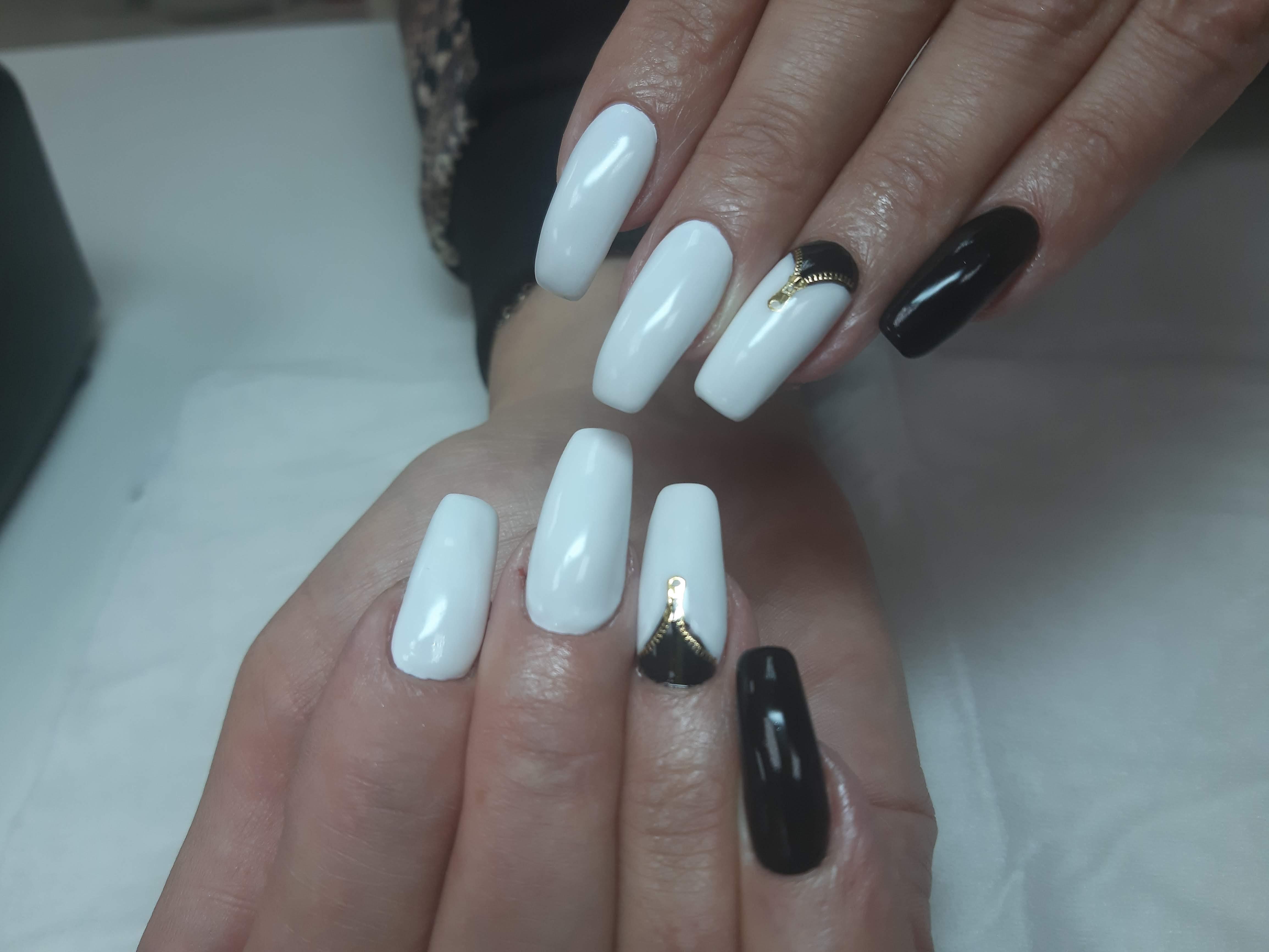 Маникюр с трендовыми слайдерами в белом цвете.