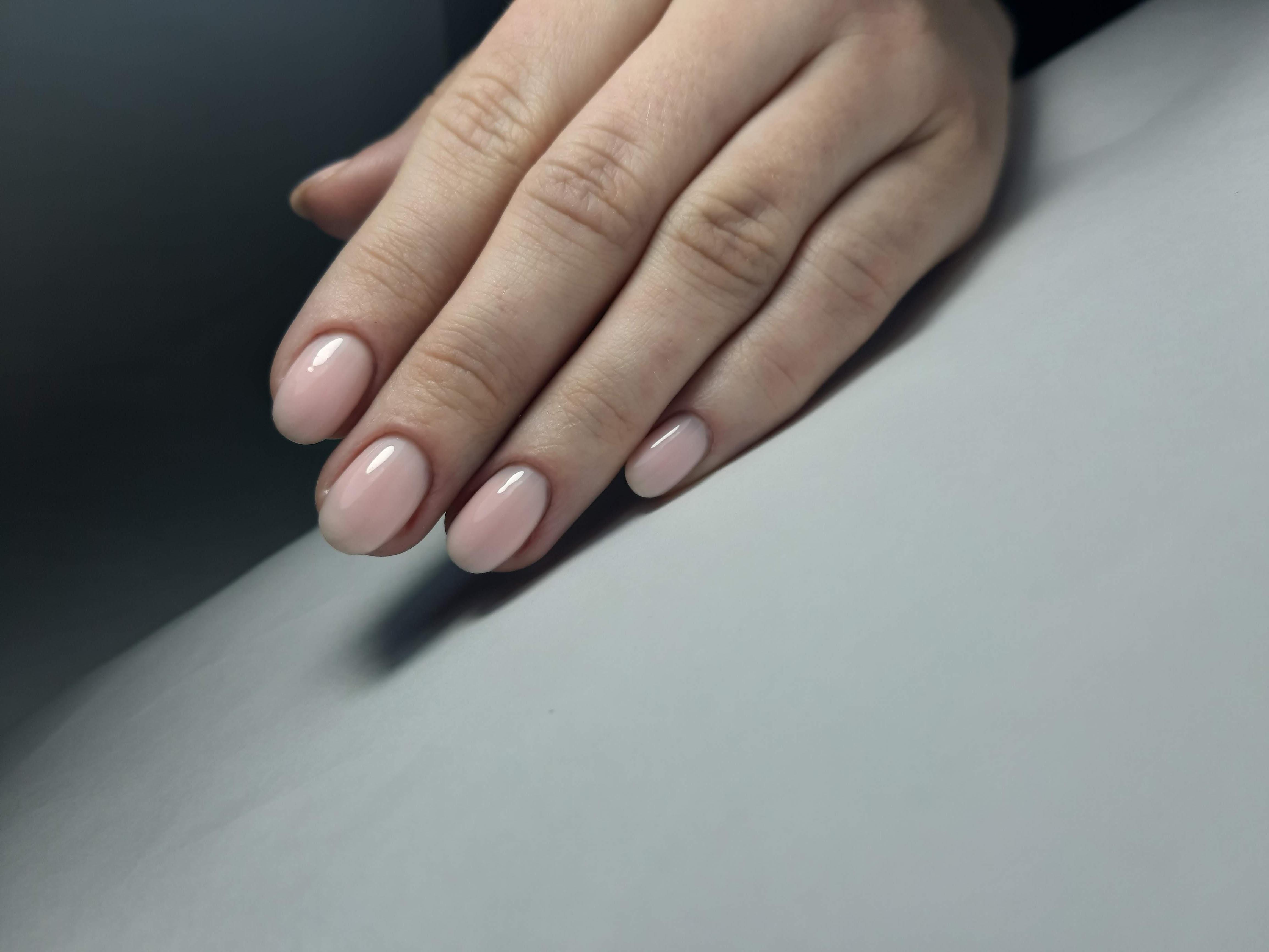 Нюдовый полупрозрачный маникюр на короткие ногти.