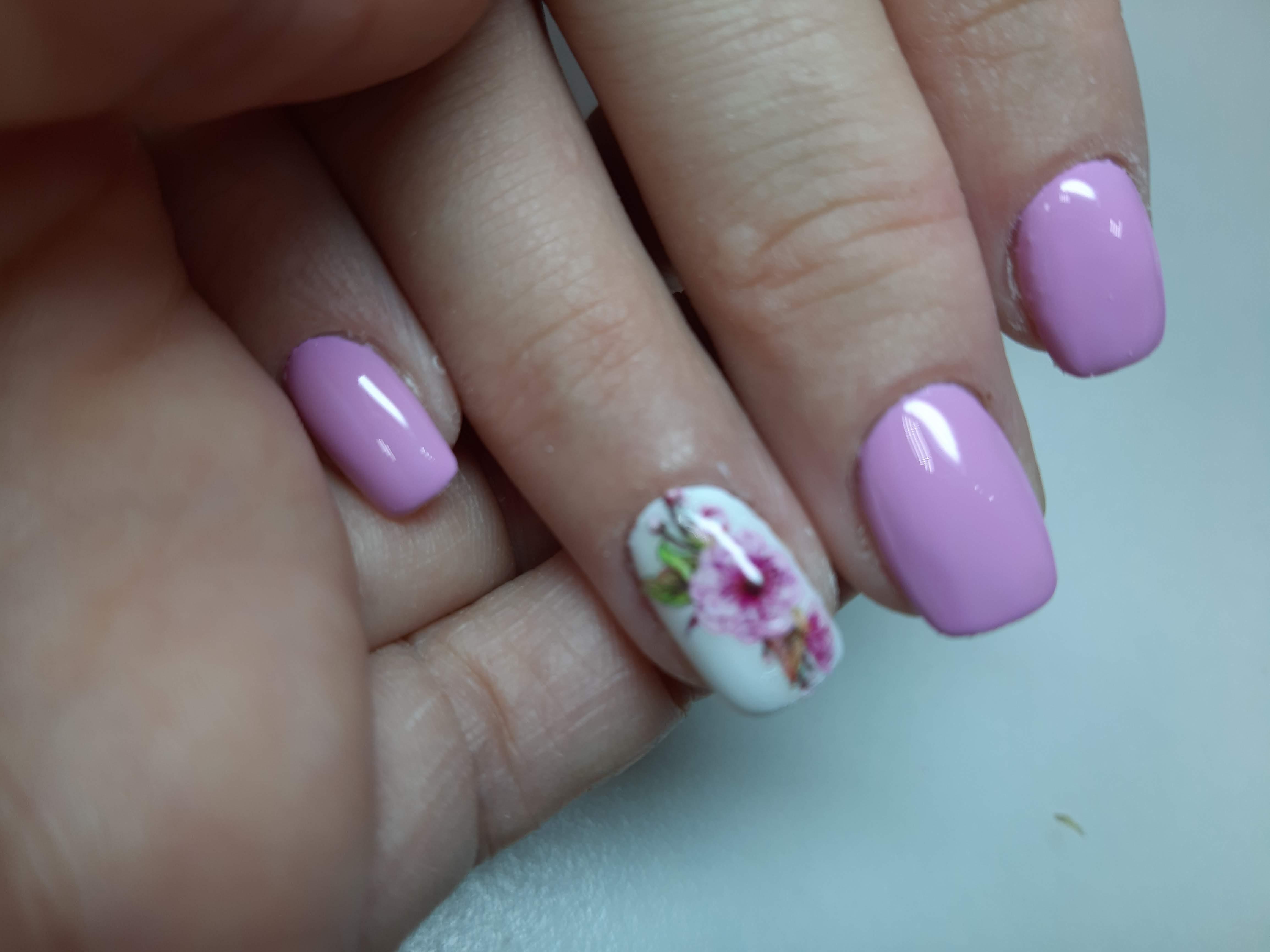 Маникюр с цветочным слайдером в сиреневом цвете.