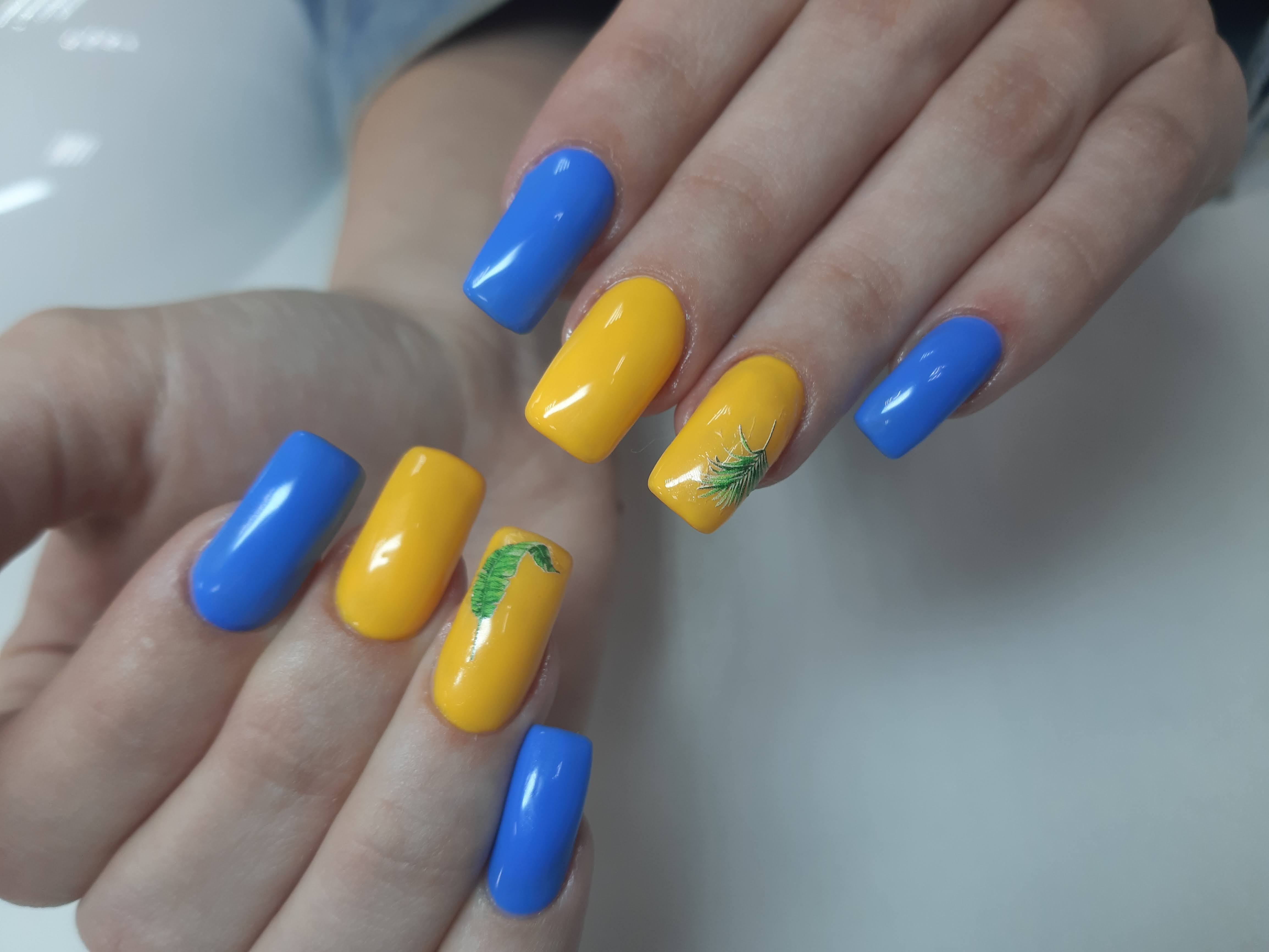 Разноцветный маникюр с растительными слайдерами на длинные ногти.