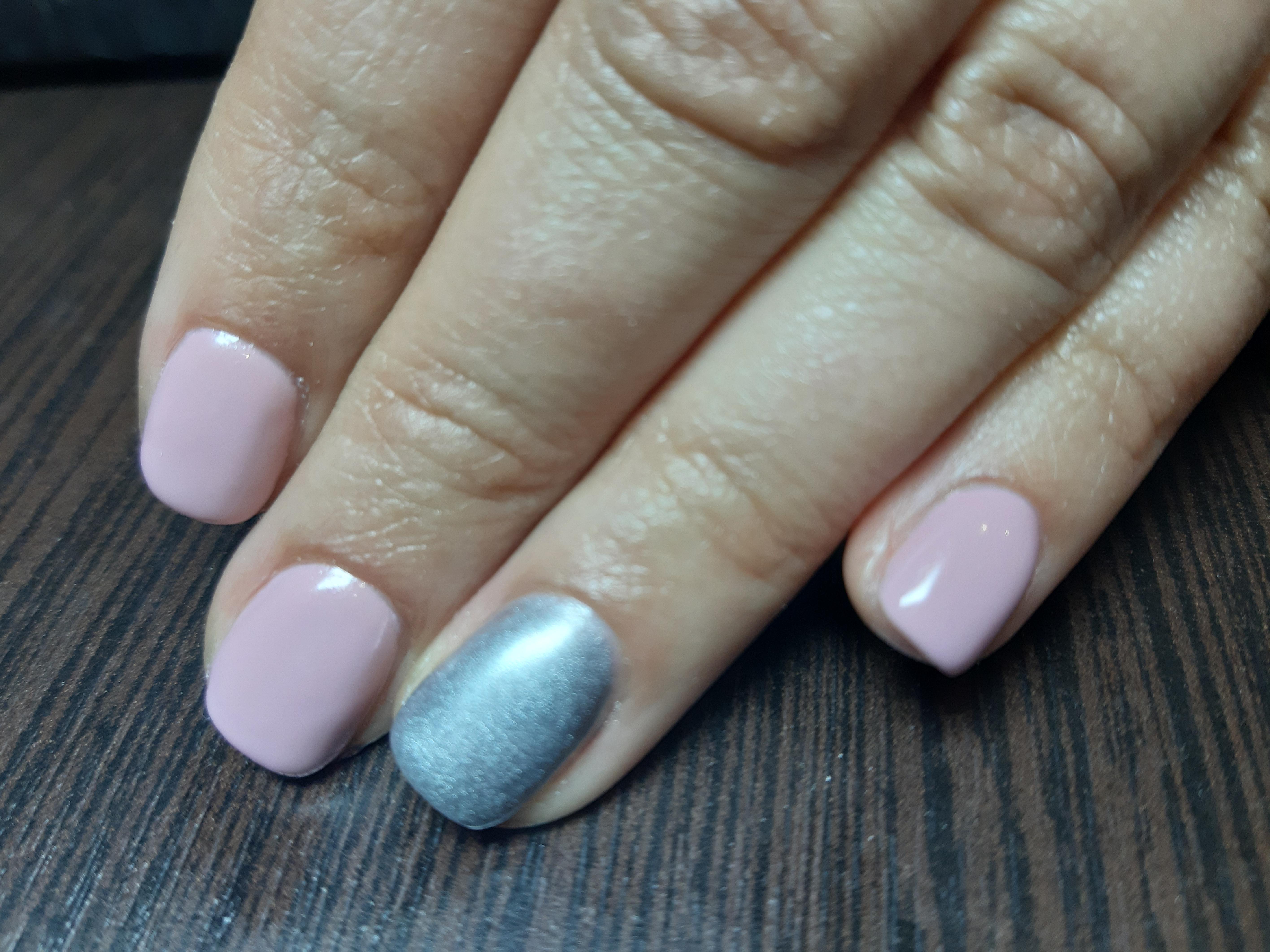 Маникюр с серебряной втиркой в розовом цвете на короткие ногти.