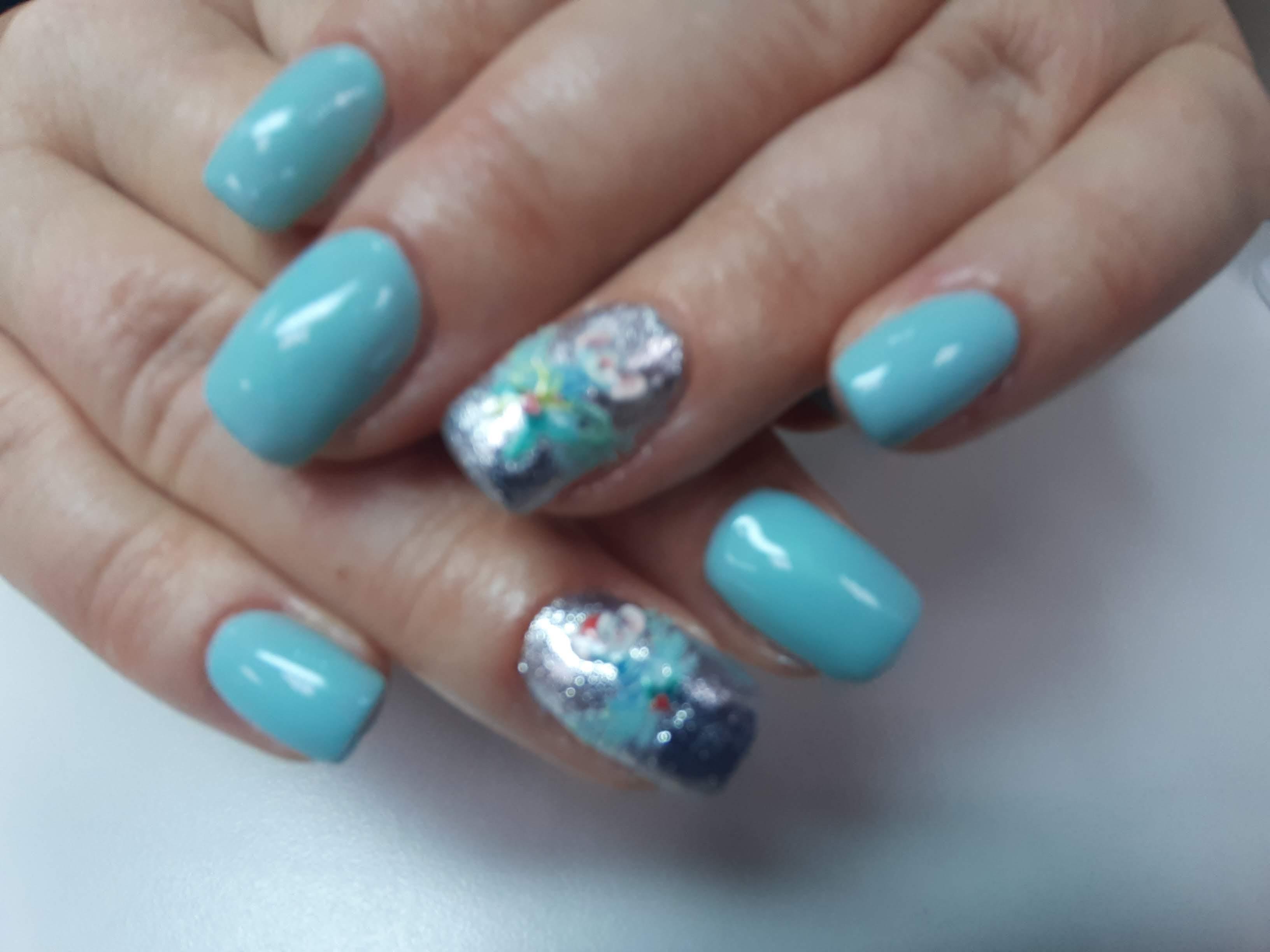 Маникюр с серебряными блестками в голубом цвете.
