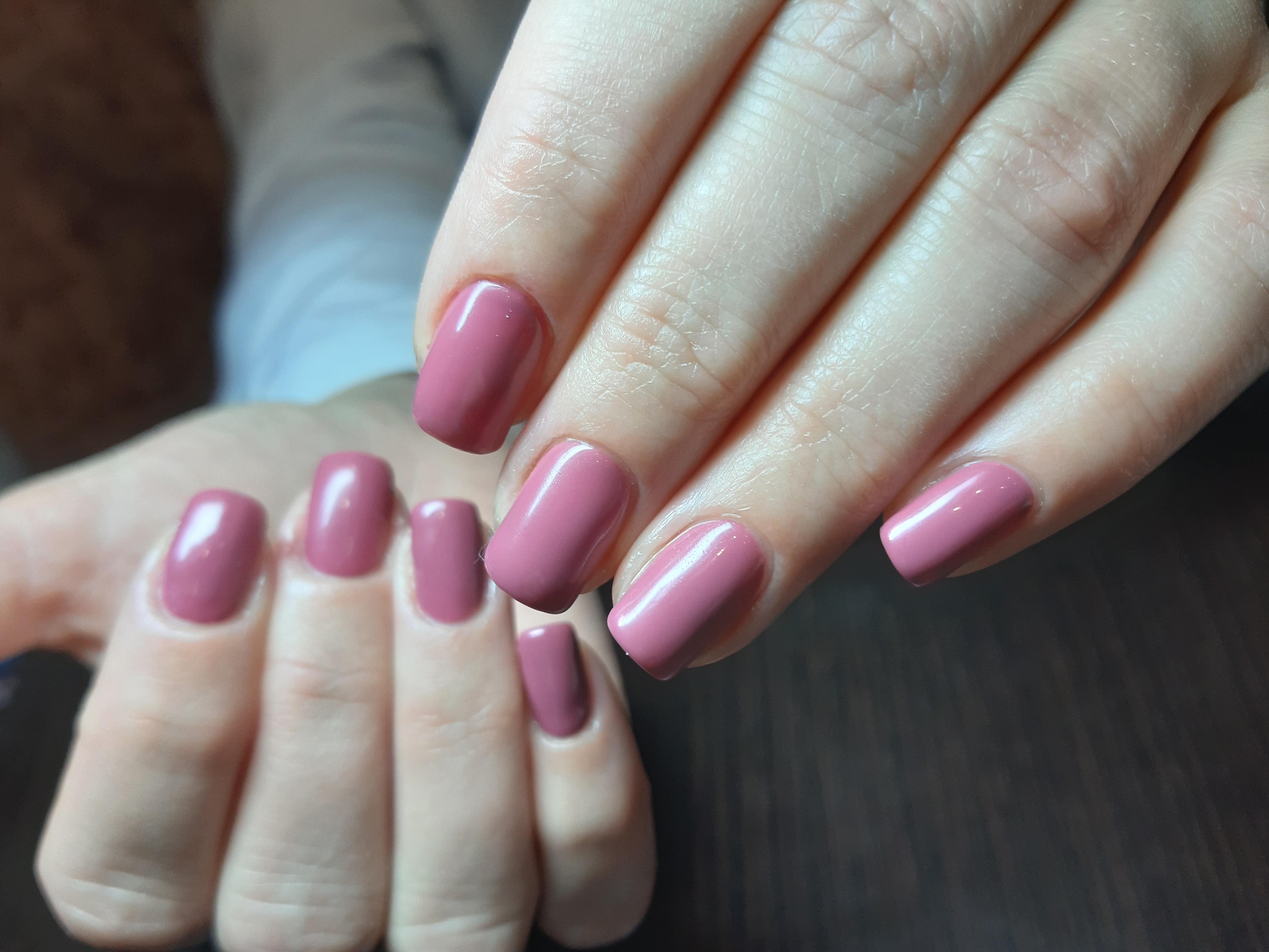 Маникюр в лиловом цвете на короткие ногти.