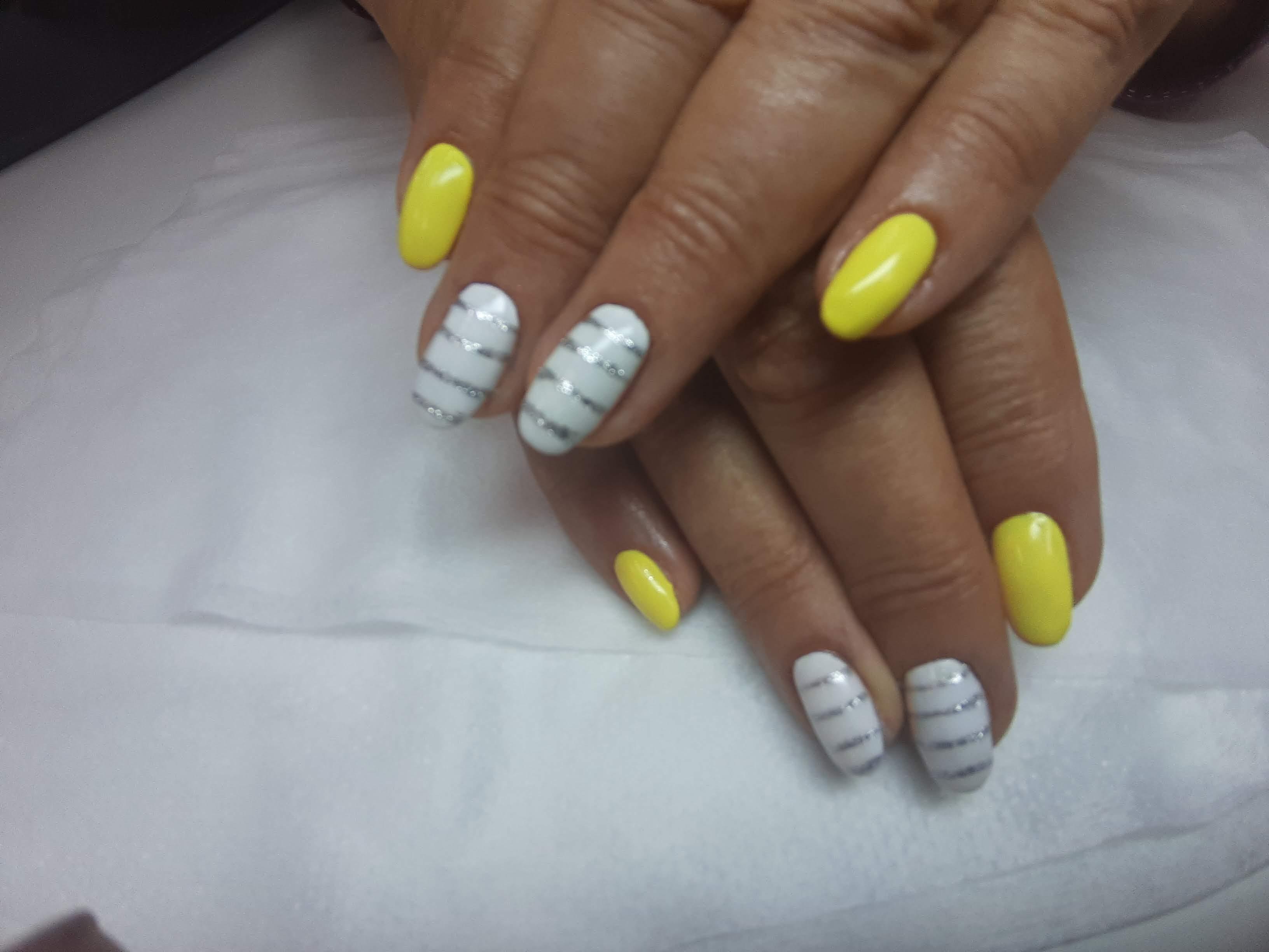 Маникюр с серебряными полосками в желтом цвете.