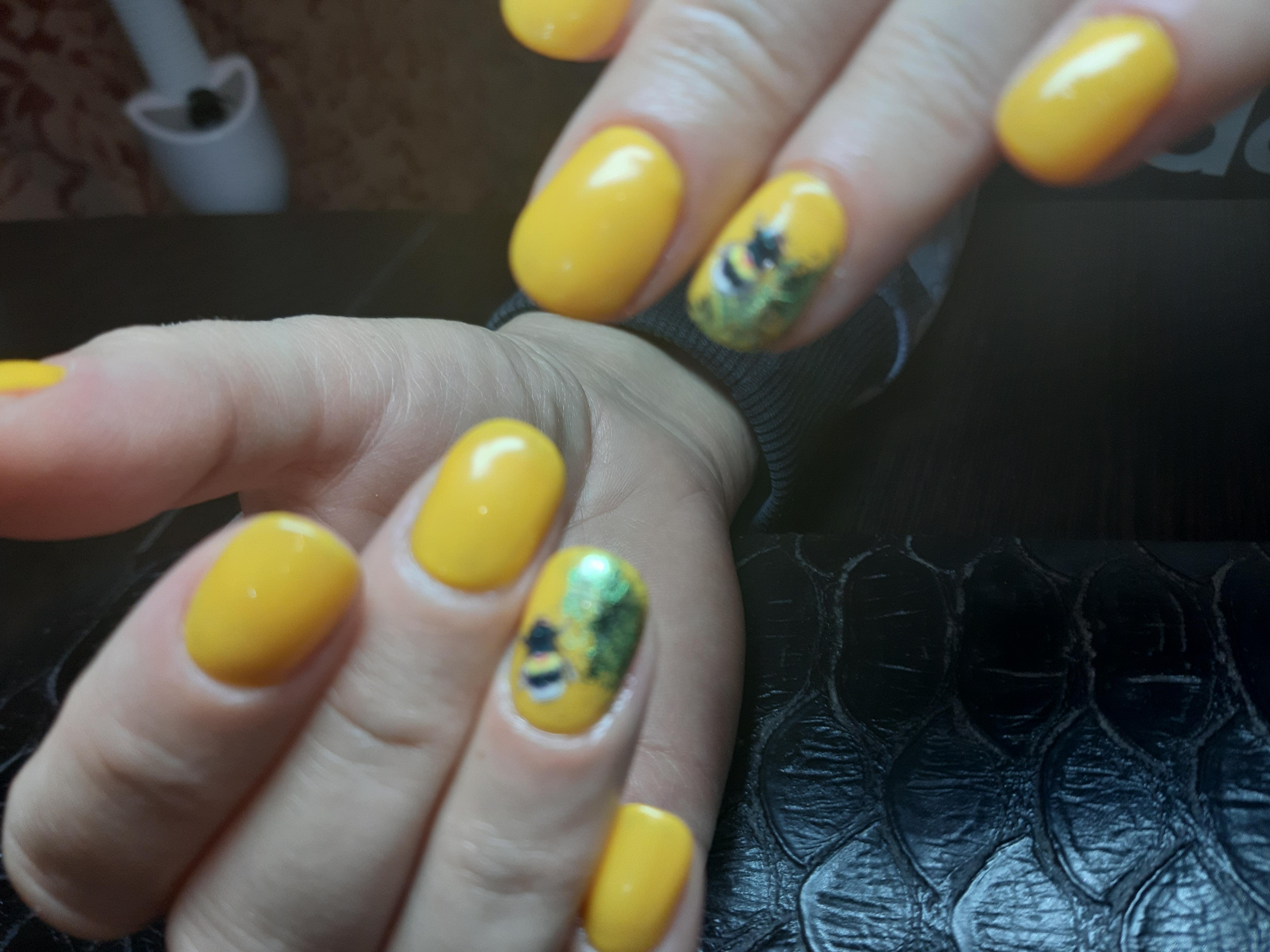 Маникюр с пчелой в желтом цвете на короткие ногти.