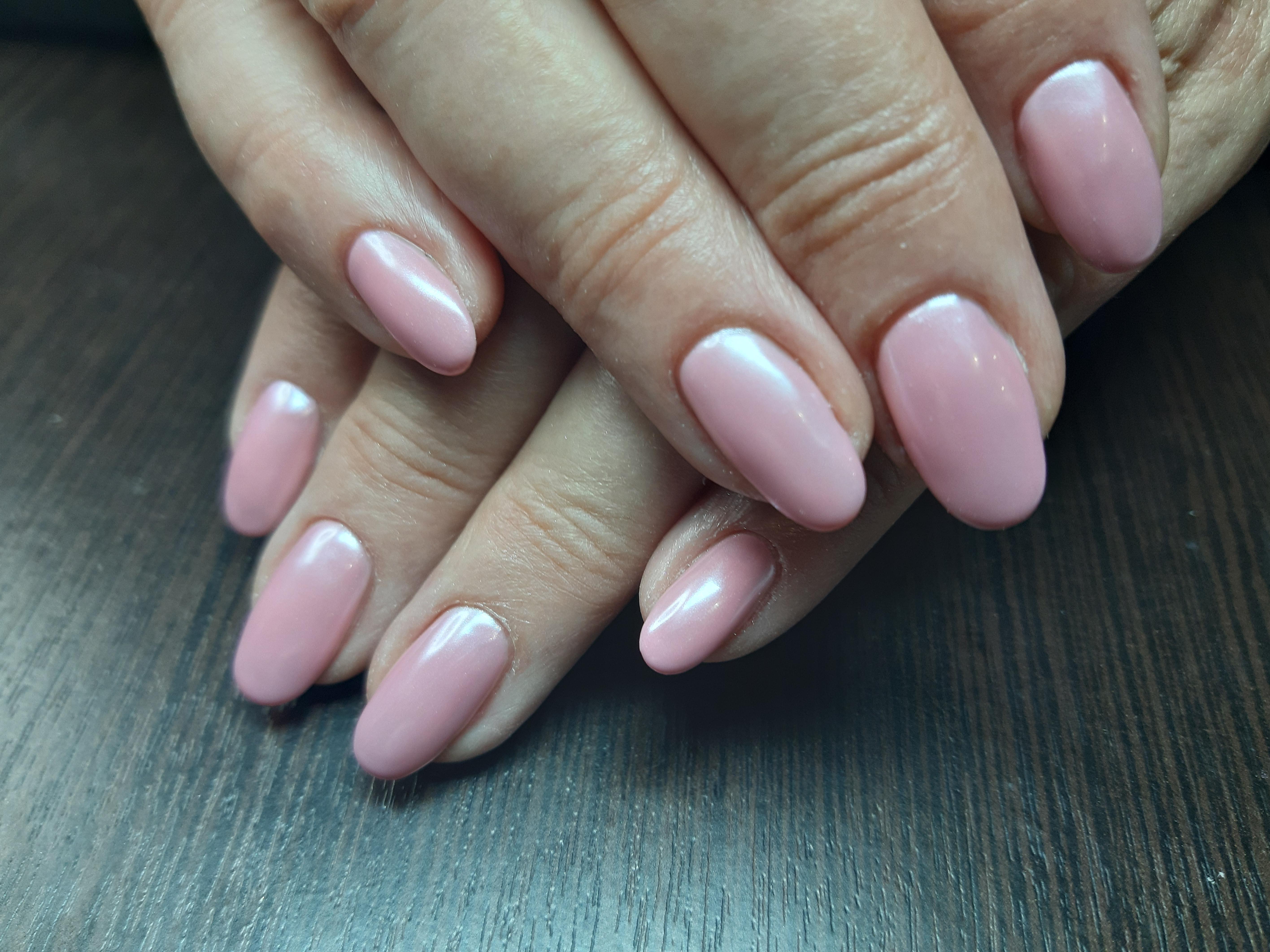 Маникюр с втиркой в розовом цвете на длинные ногти.