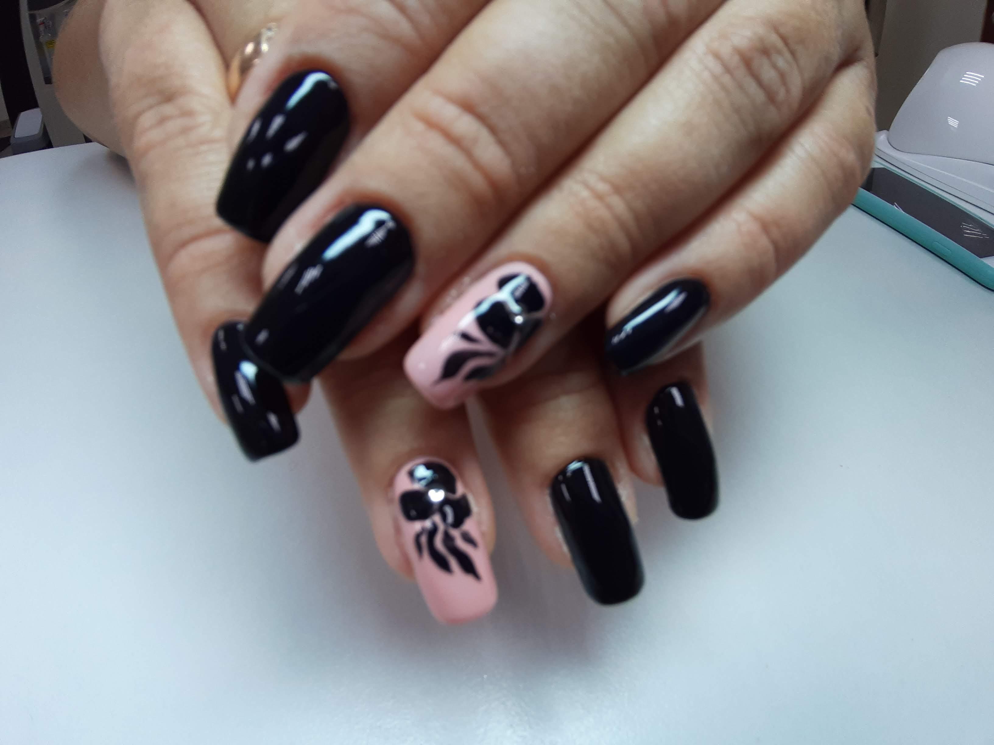 Маникюр с цветочным рисунком в черном цвете.