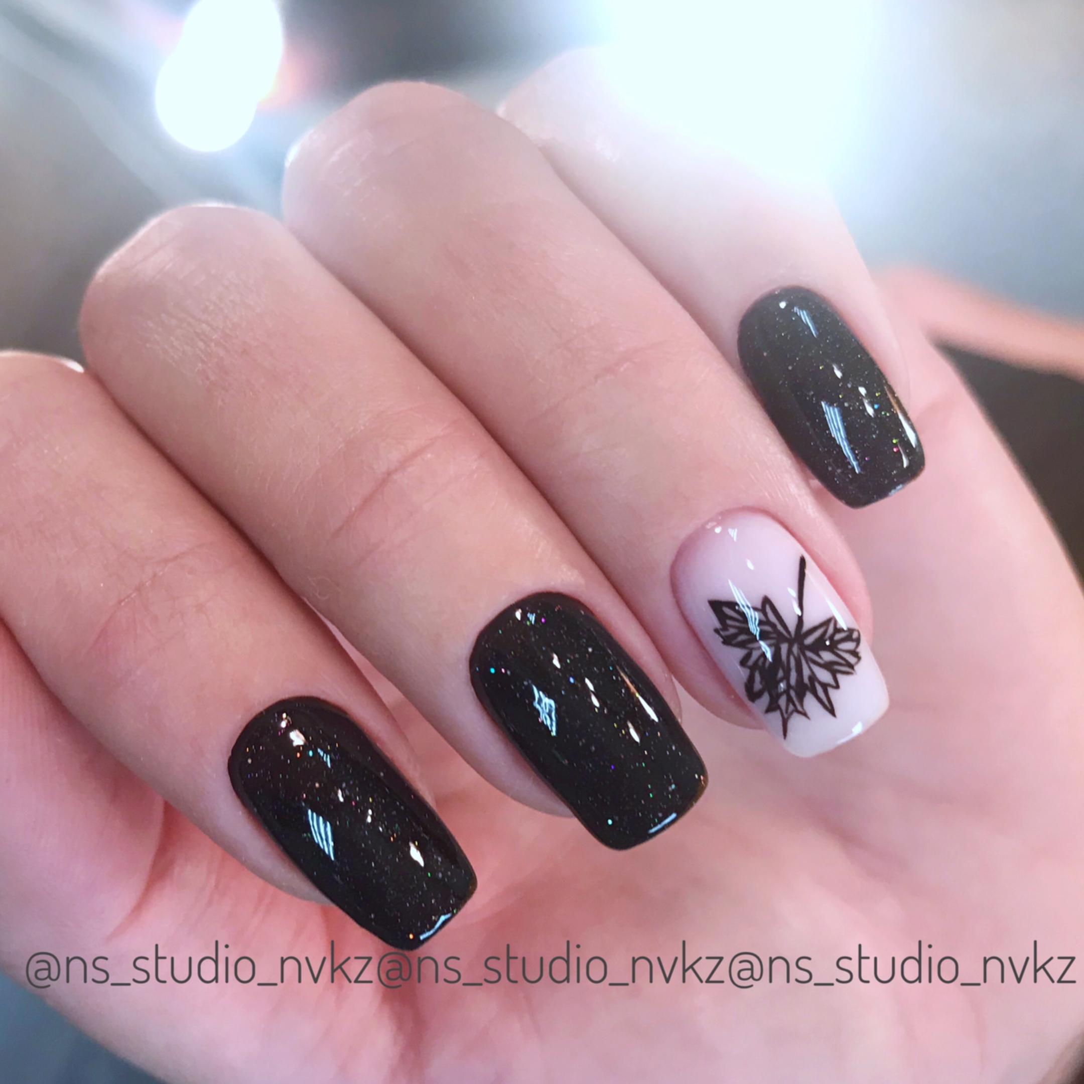 """Маникюр в чёрном цвете со слайдером """"лист""""."""
