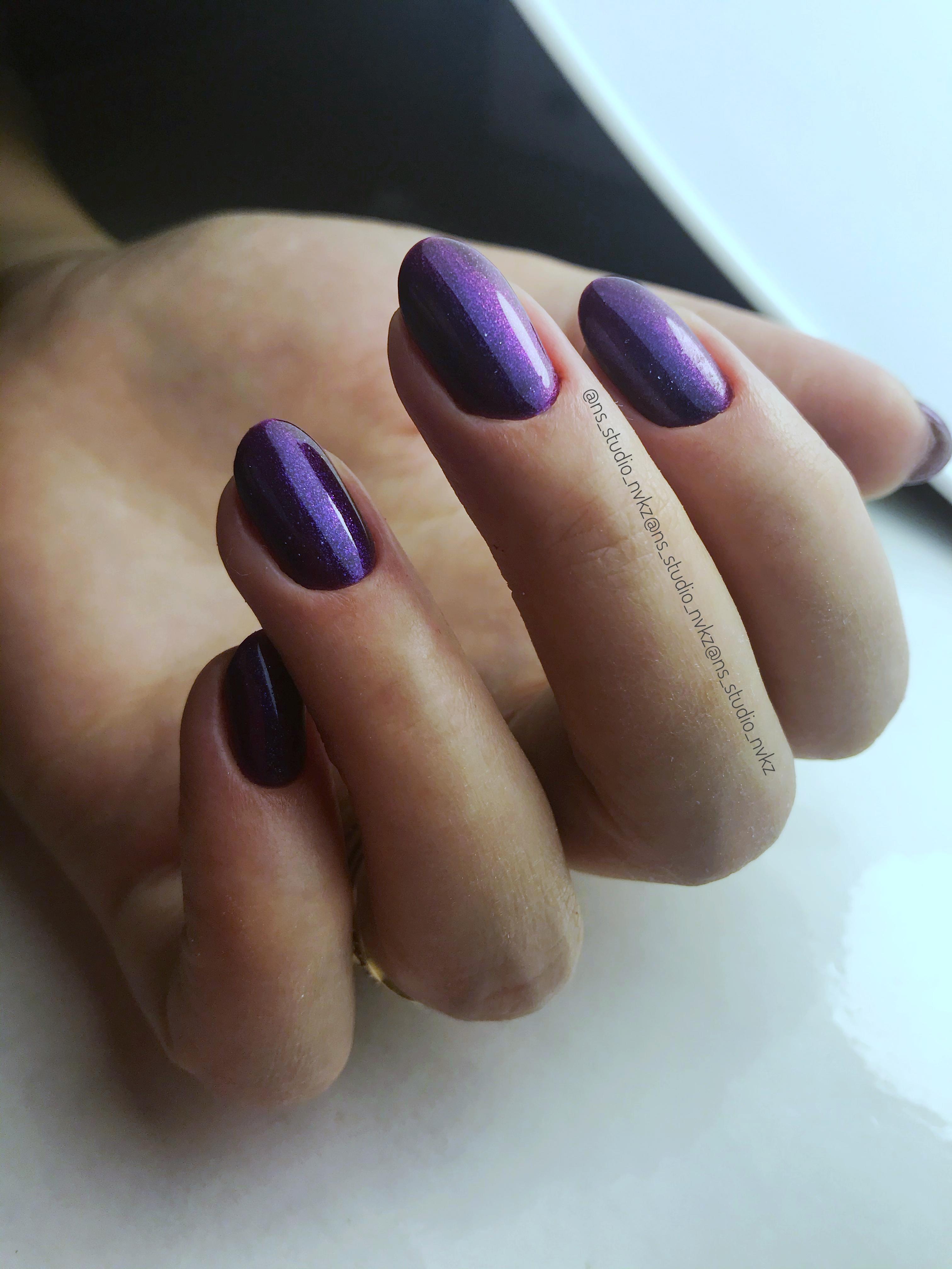 Однотонный маникюр на короткие ногти в фиолетовом цвете.