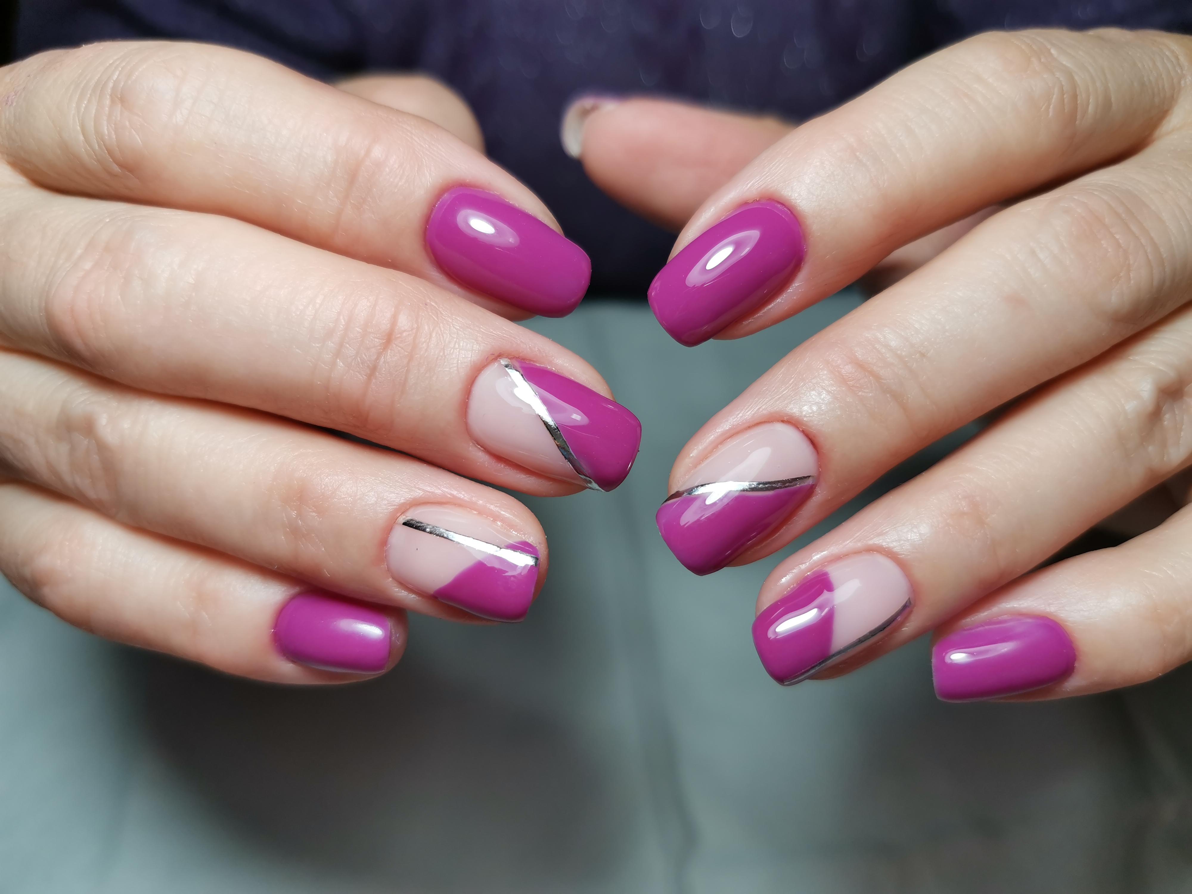 Маникюр с серебряными полосками в баклажановом цвете.