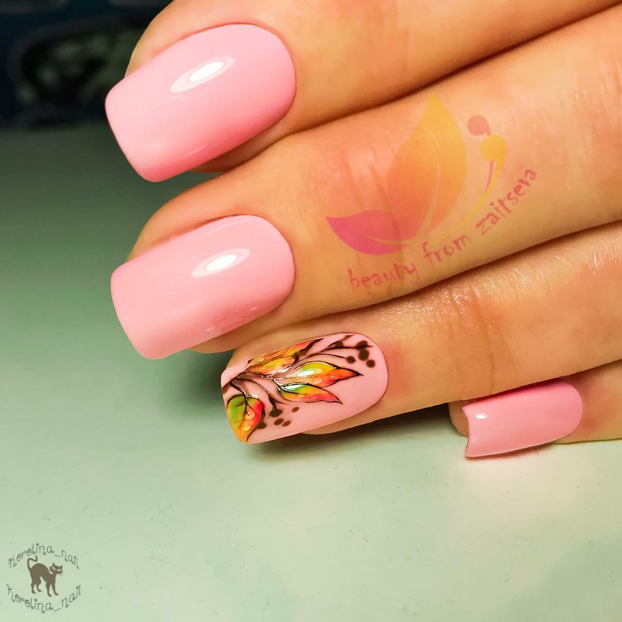 Осенний маникюр с рисунком в розовом цвете на длинные ногти.