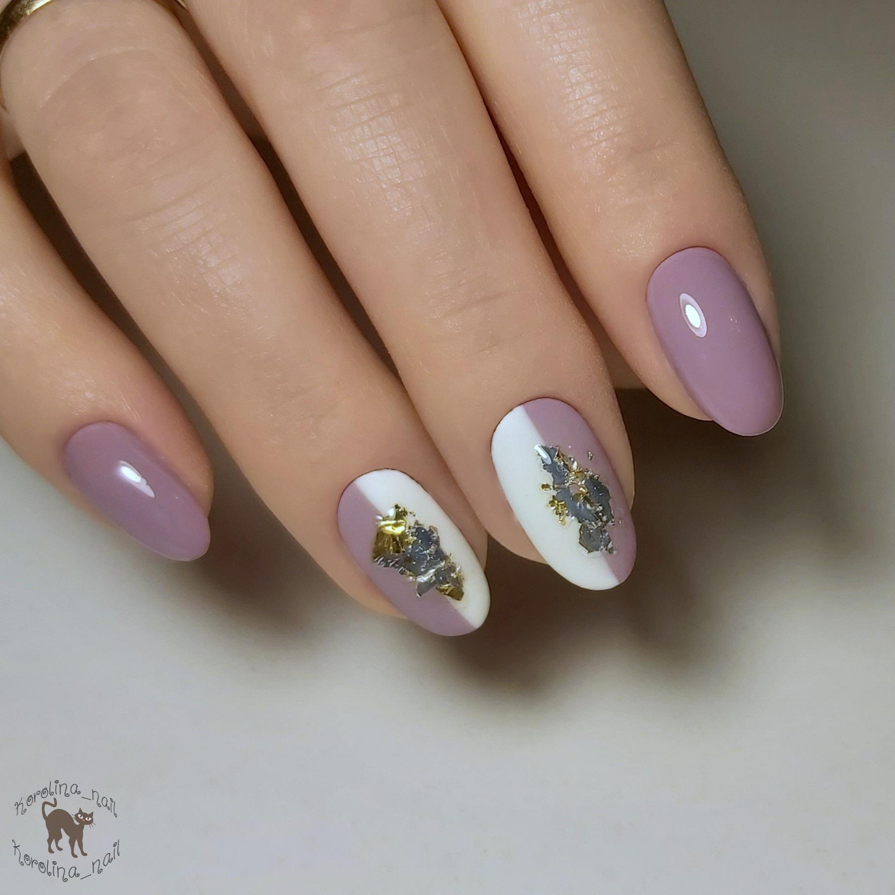 Маникюр с фольгой в сиреневом цвете на короткие ногти.