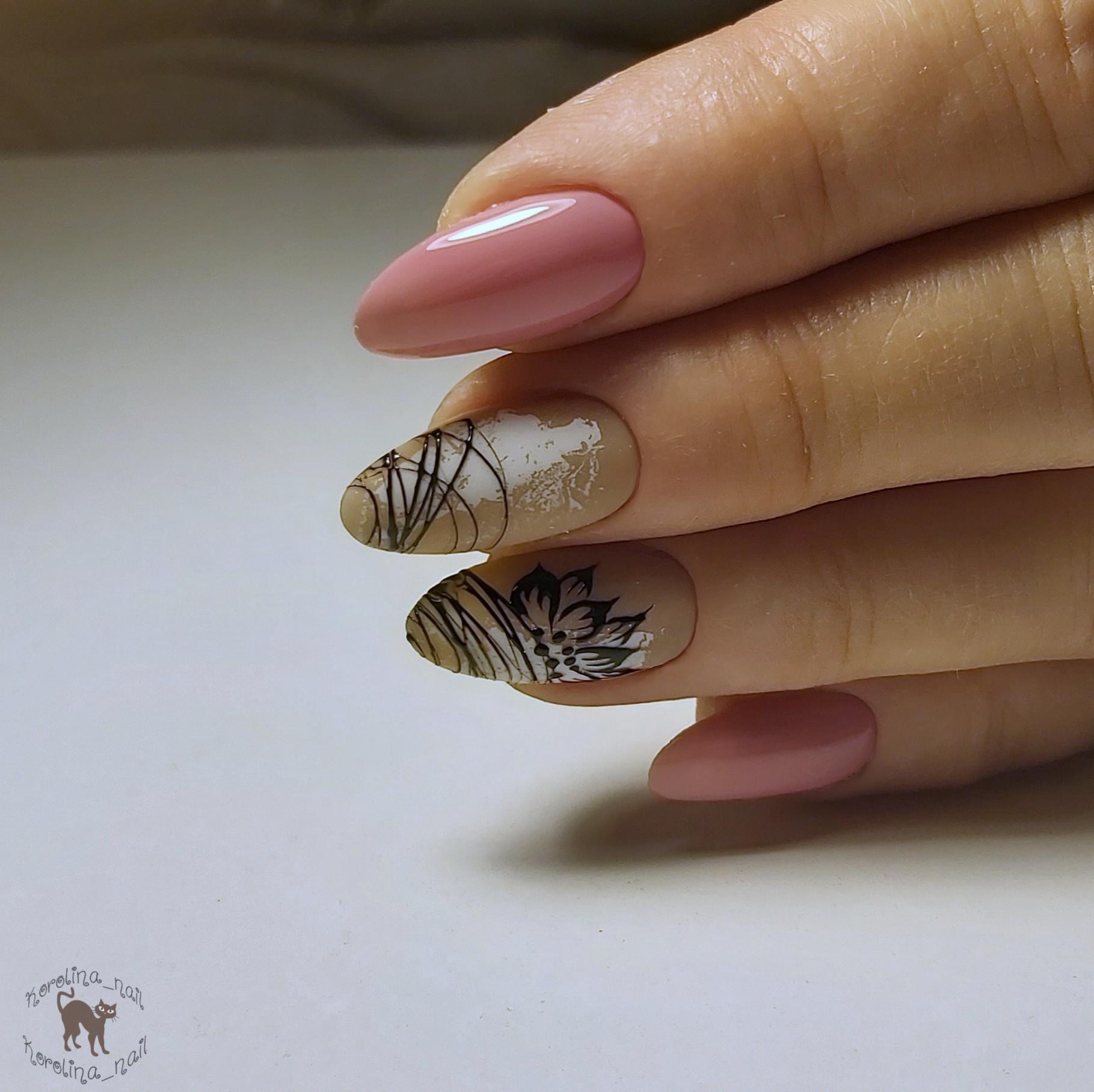 Маникюр с цветочным рисунком и паутинкой в розовом цвете на длинные ногти.