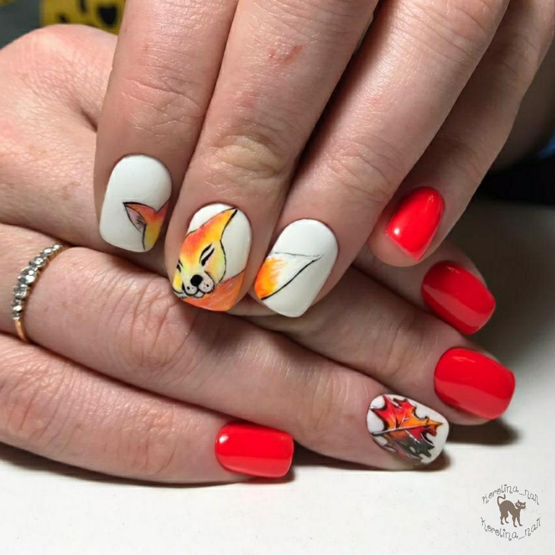 Осенний маникюр с лисичкой в красном цвете на короткие ногти.