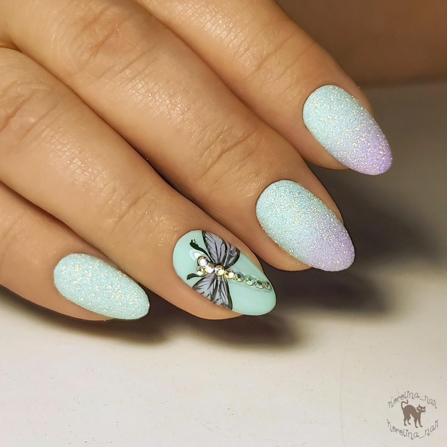 Маникюр с песочным градиентом и бабочкой в голубом цвете на короткие ногти.