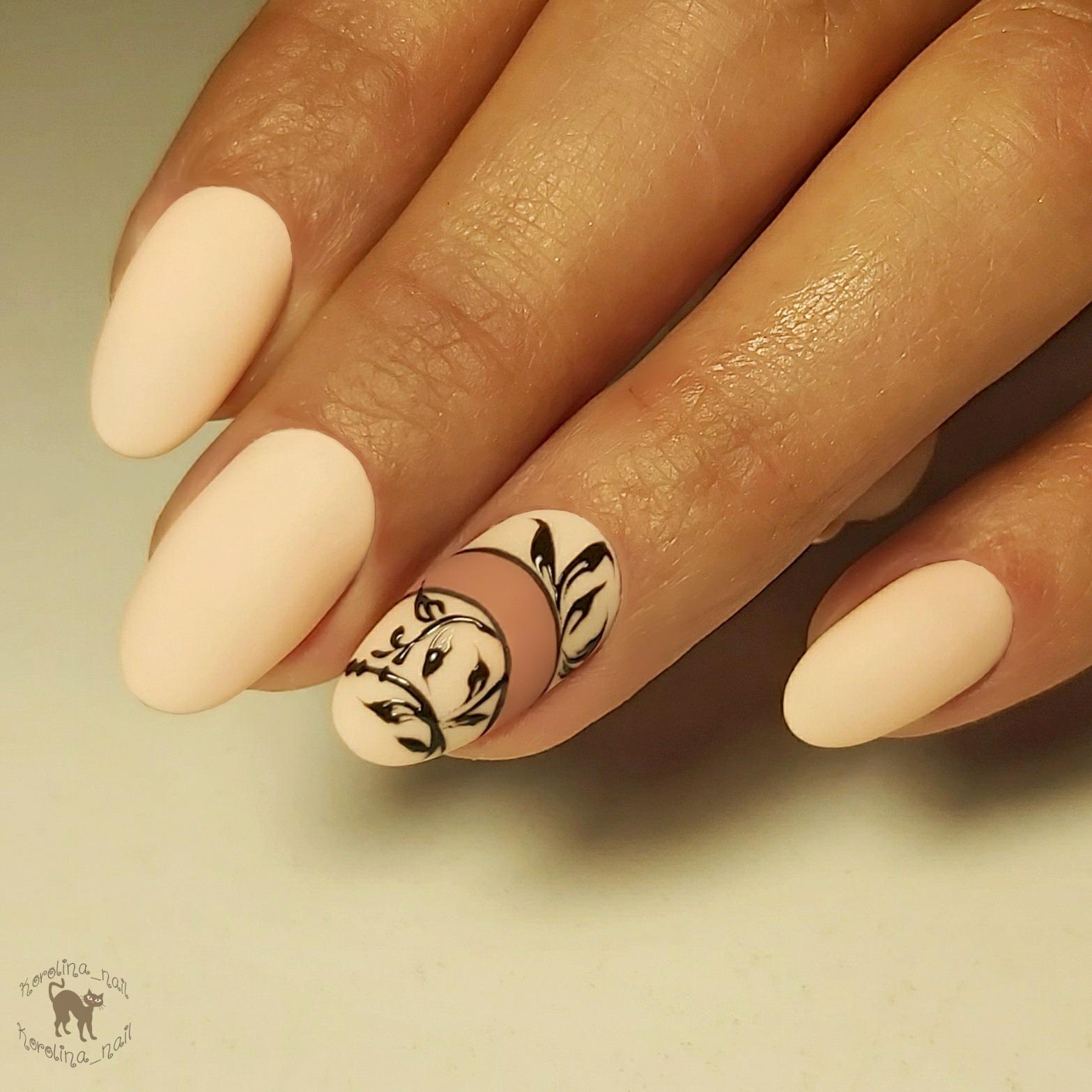 Матовый маникюр с вензелями в бежевом цвете на короткие ногти.