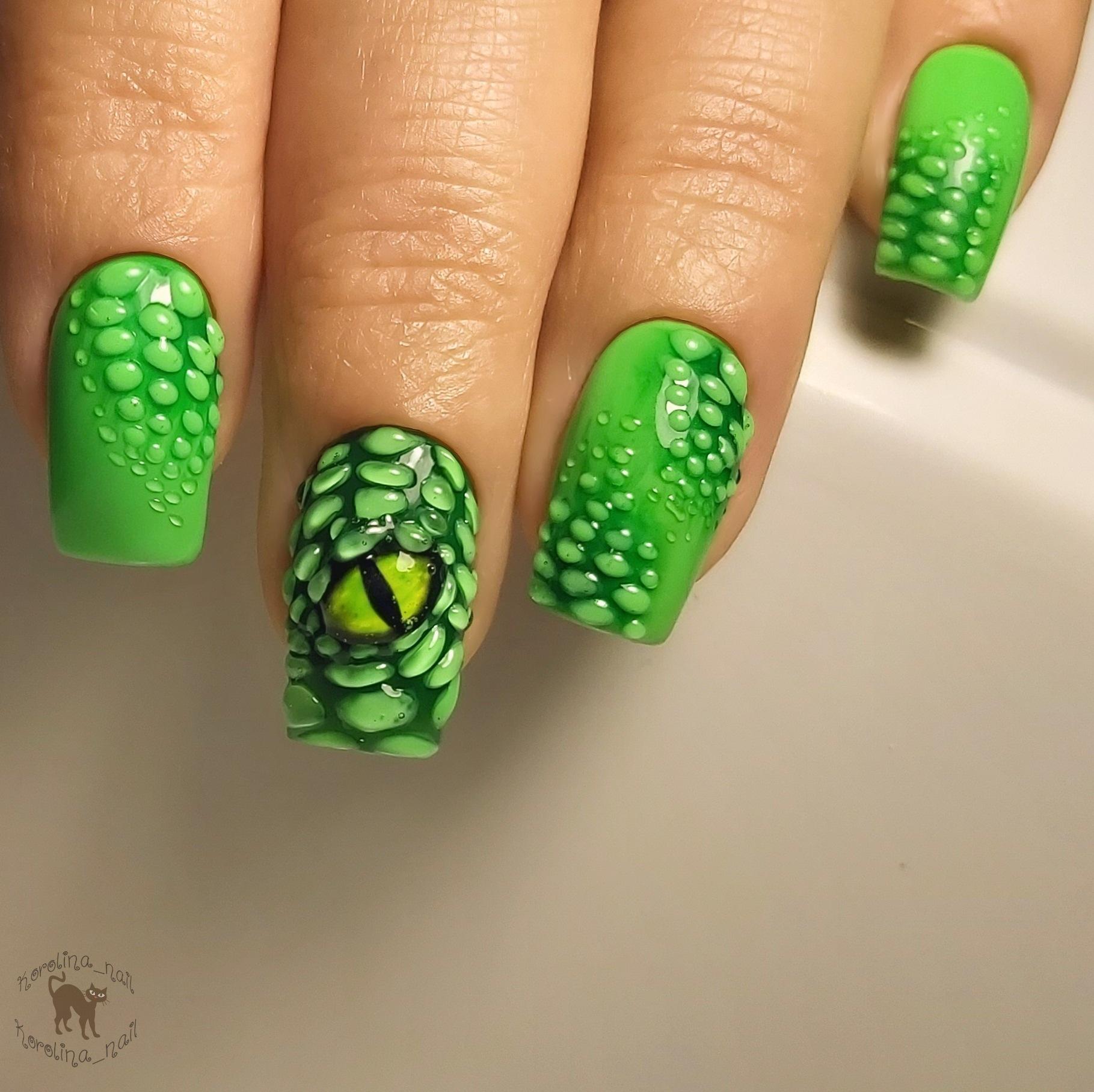 Маникюр со змеиным глазом и  объемным рисунком в салатовом цвете на короткие ногти.
