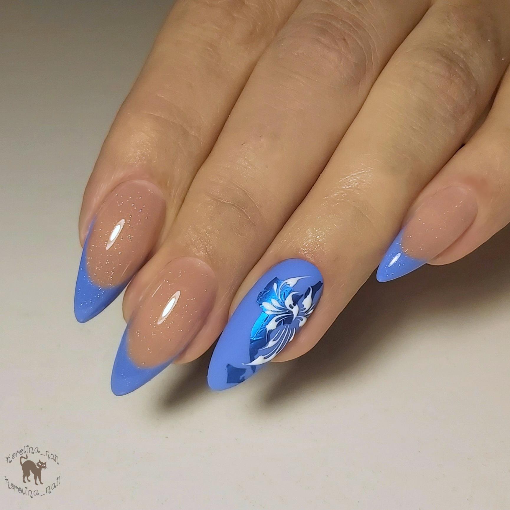 Френч с цветочным рисунком в голубом цвете на длинные ногти.
