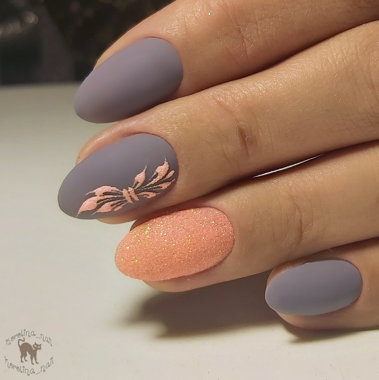 Матовый маникюр с песочным дизайном и рисунком в сером цвете на короткие ногти.