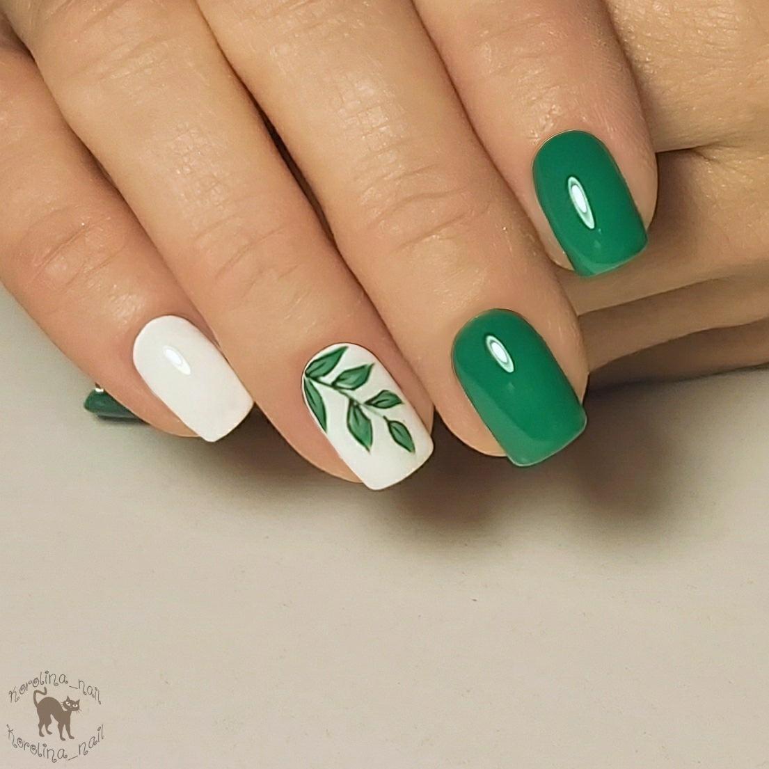 Маникюр с растительным рисунком в зеленом цвете на короткие ногти.