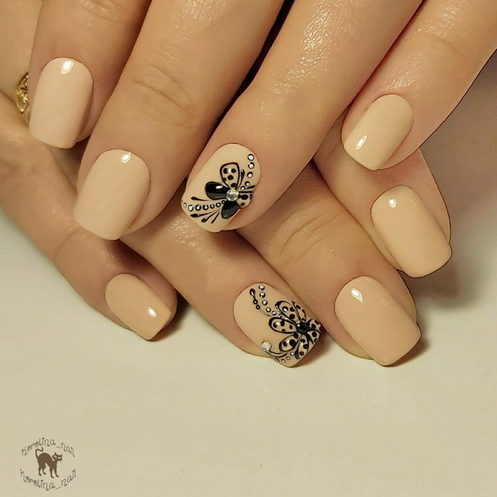 Маникюр с цветочным рисунком в бежевом цвете на короткие ногти.