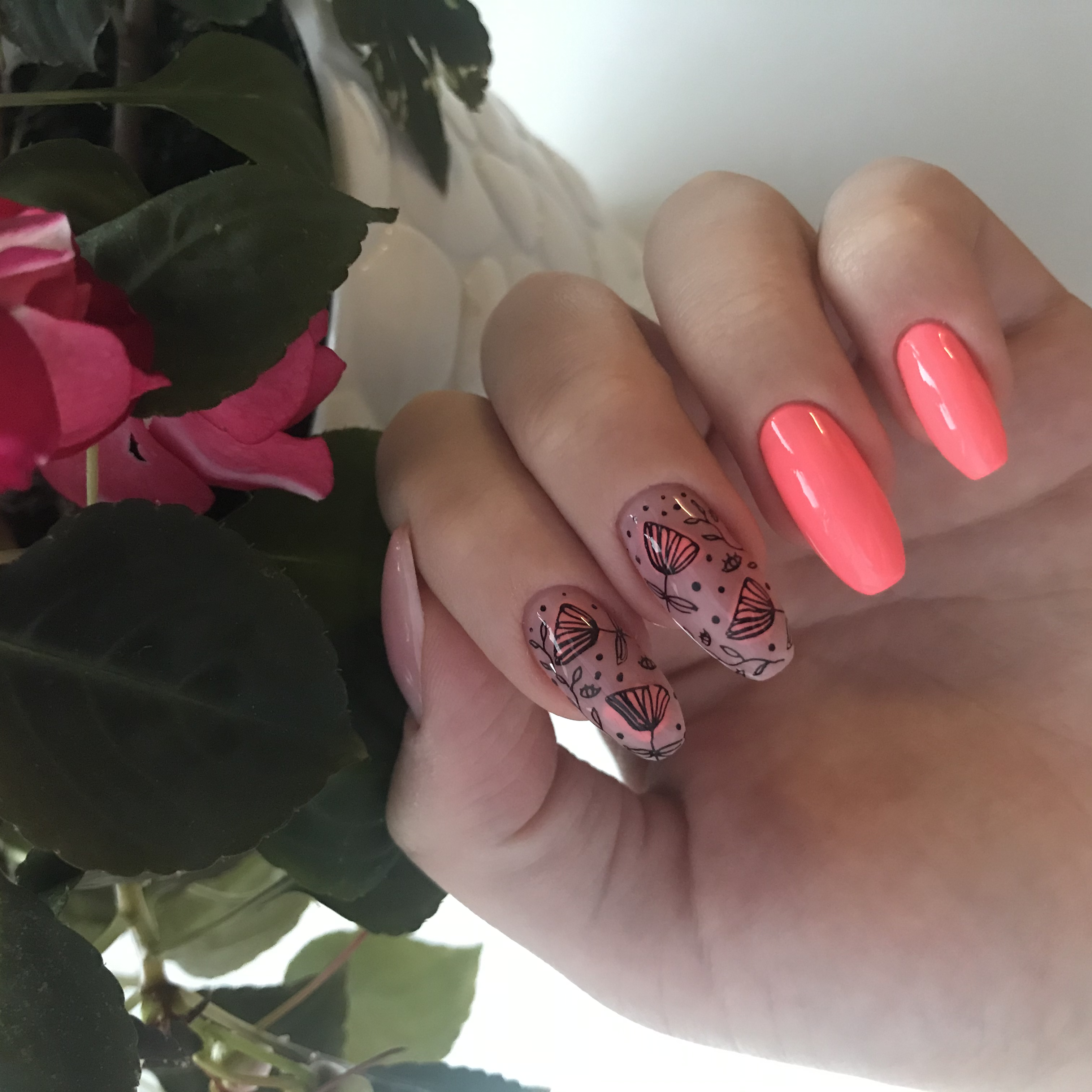 Маникюр с растительными слайдерами в розовом цвете.