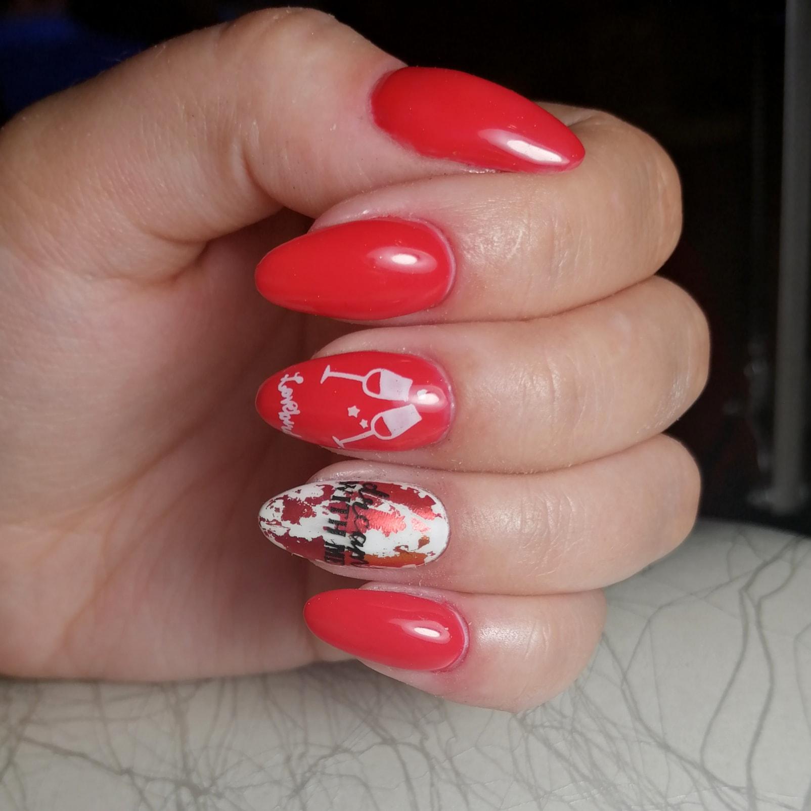 Маникюр с цветной фольгой и слайдерами в красном цвете на длинные ногти.