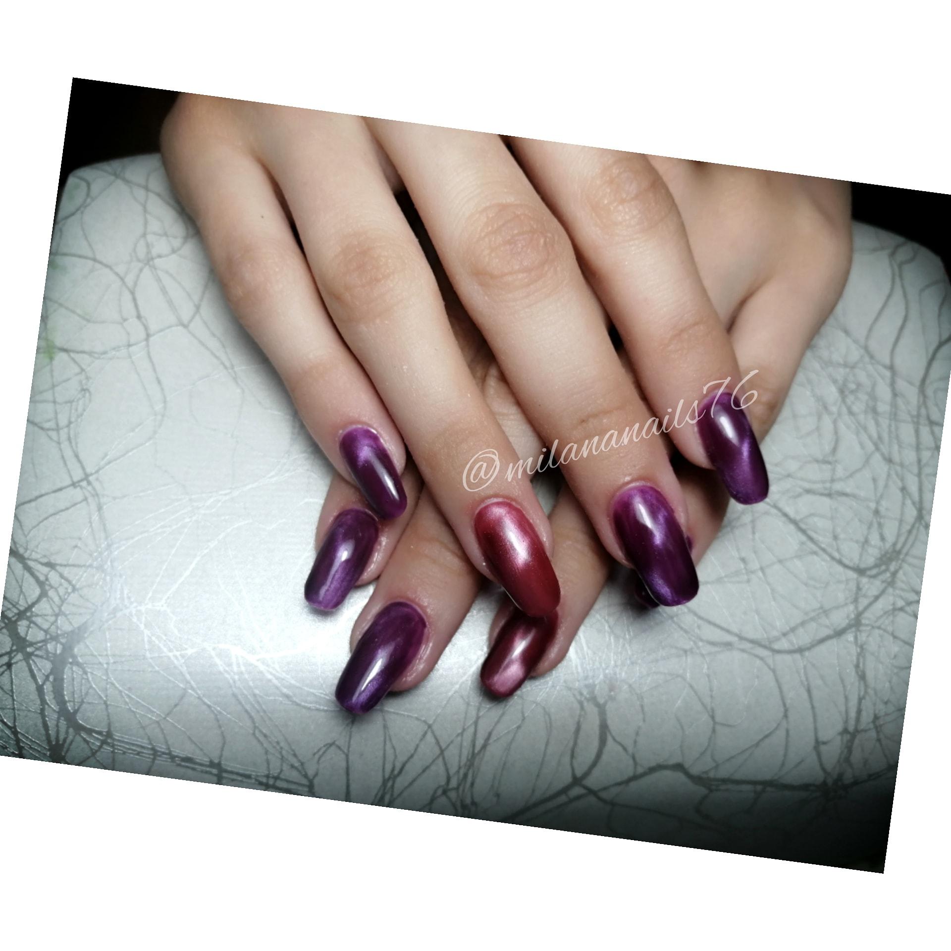 Маникюр с эффектом кошачий глаз в фиолетовом цвете на длинные ногти.